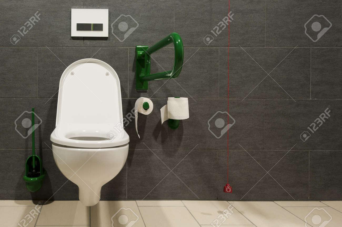 Vorderansicht Eines Schrank Für Behinderte Menschen Mit Roten Not ...
