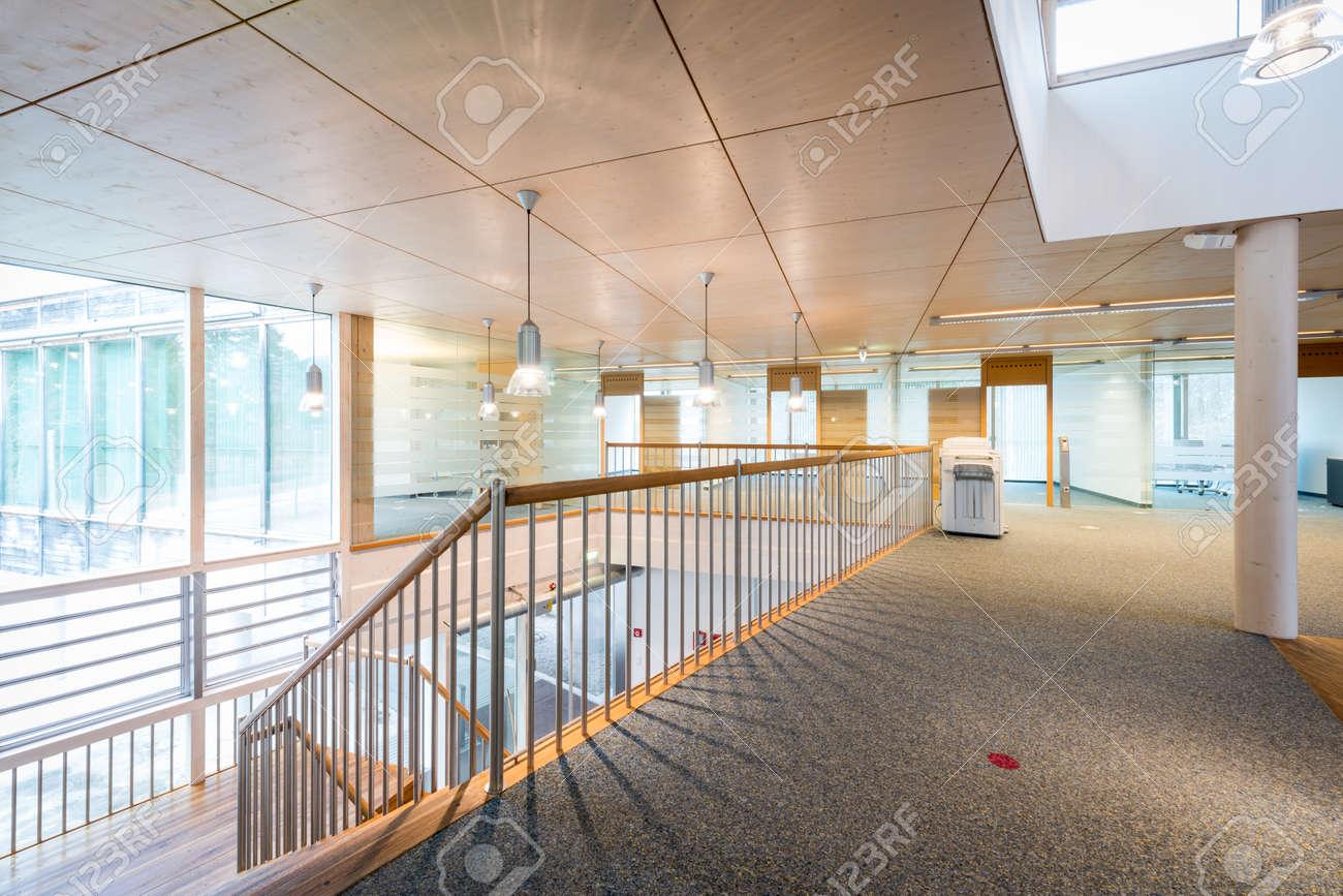 Lumineux hall d entrée en bois de l immeuble de bureaux moderne