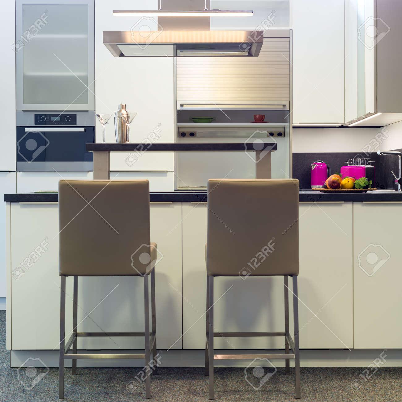 Leder Barhocker An Arbeitsplatte Der Modernen Küche Whibte Standard Bild    29910377