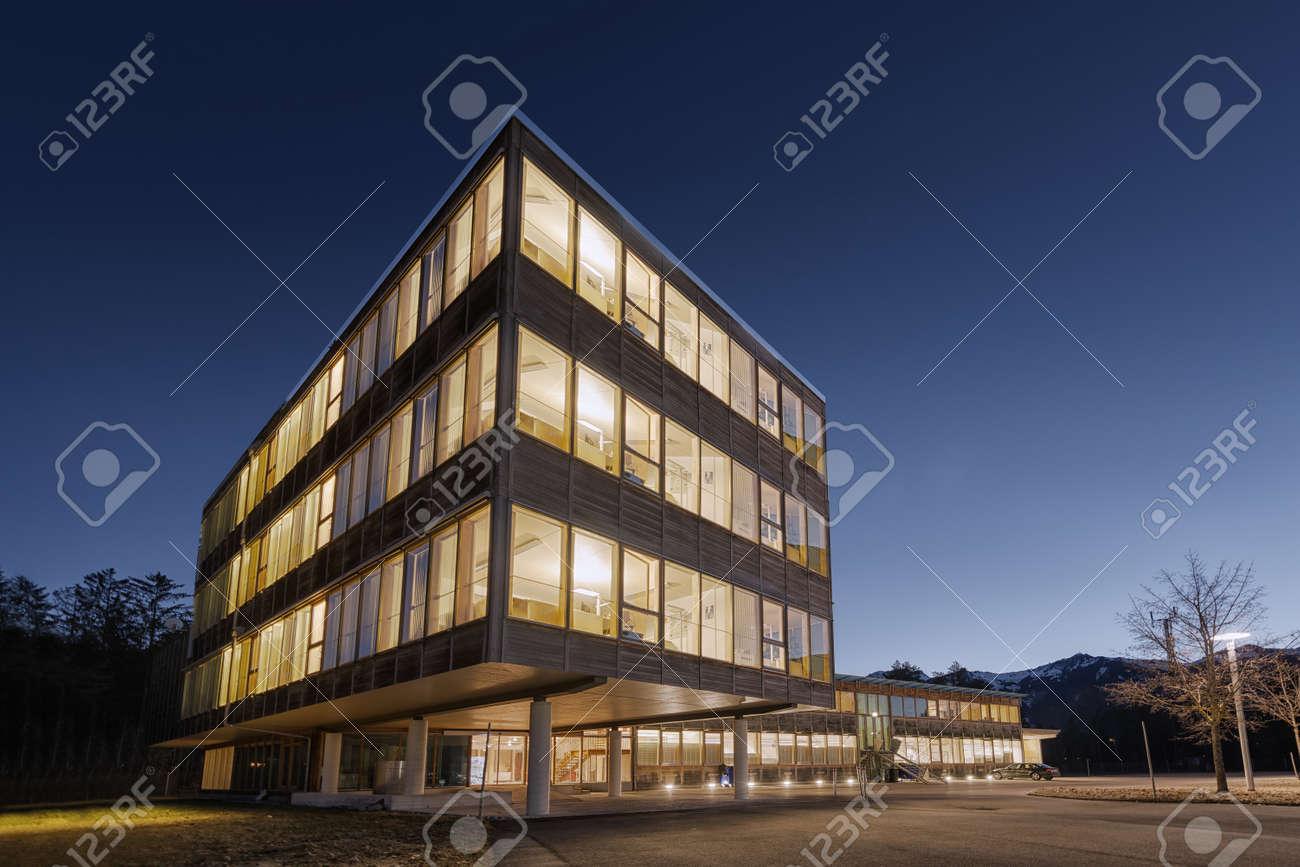 sostenible edificio de oficinas de gran madera de madera sostenible en la madrugada