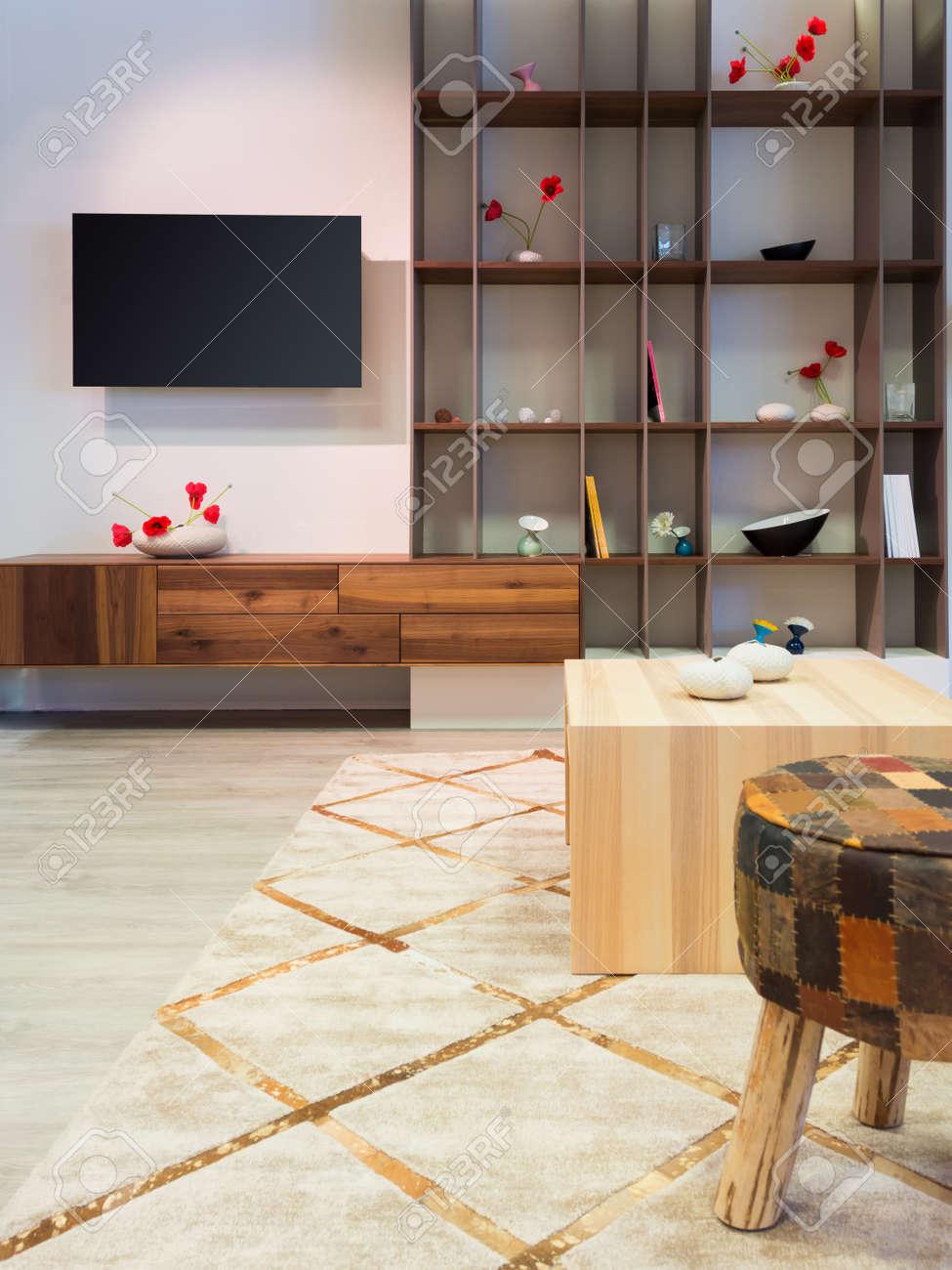 Banque Du0027images   Meubles De Salon En Bois Moderne Avec étagère Et  Télévision à écran Plat Au Mur