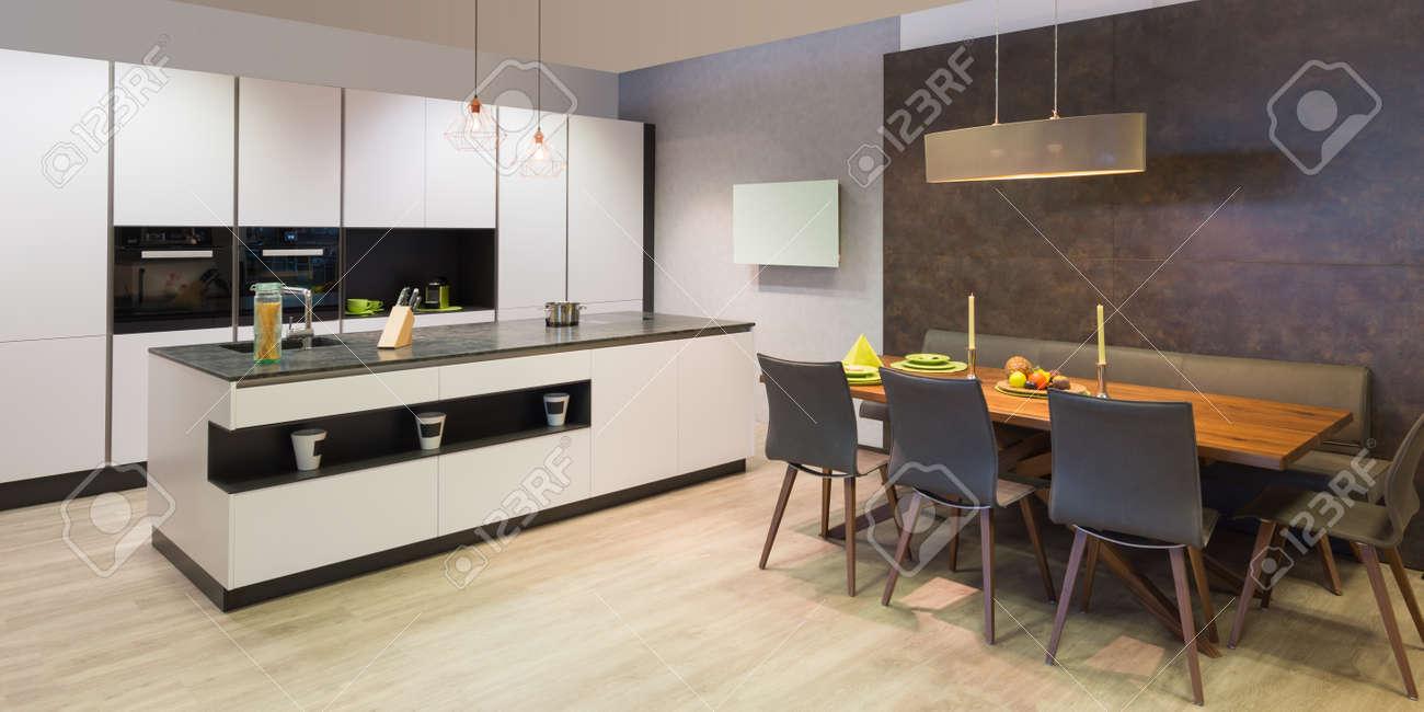 Moderne Flache Weiße Küche Mit Eleganten Holz Essecke Lizenzfreie ...
