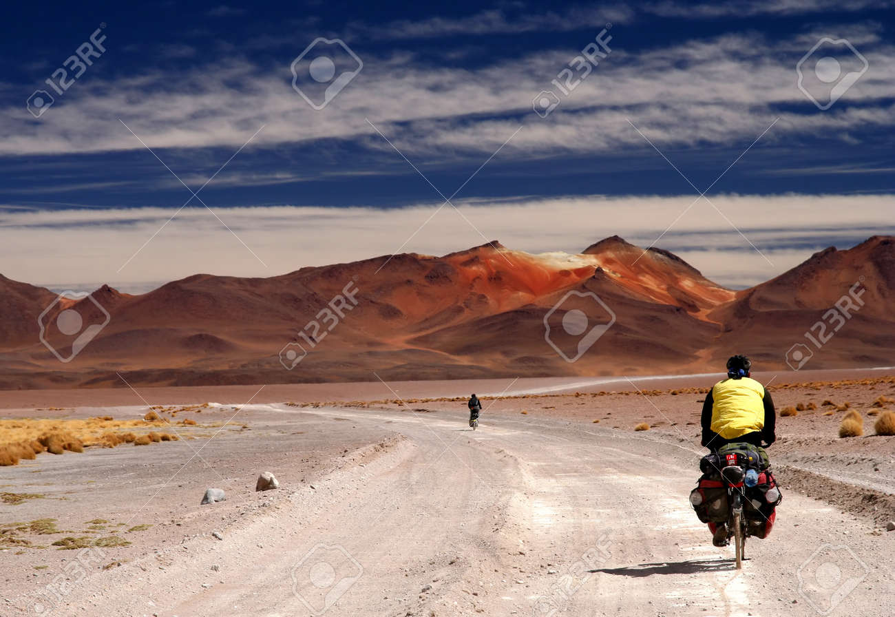 Lonely cyclist on the sandy road in Altiplano in Bolivia Standard-Bild - 15265104