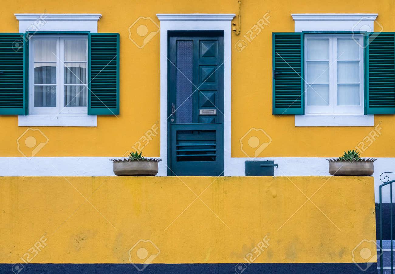 Façade De La Maison Jaune Et Vert Coloré à Ponta Delgada Sao Miguel Açores Portugal