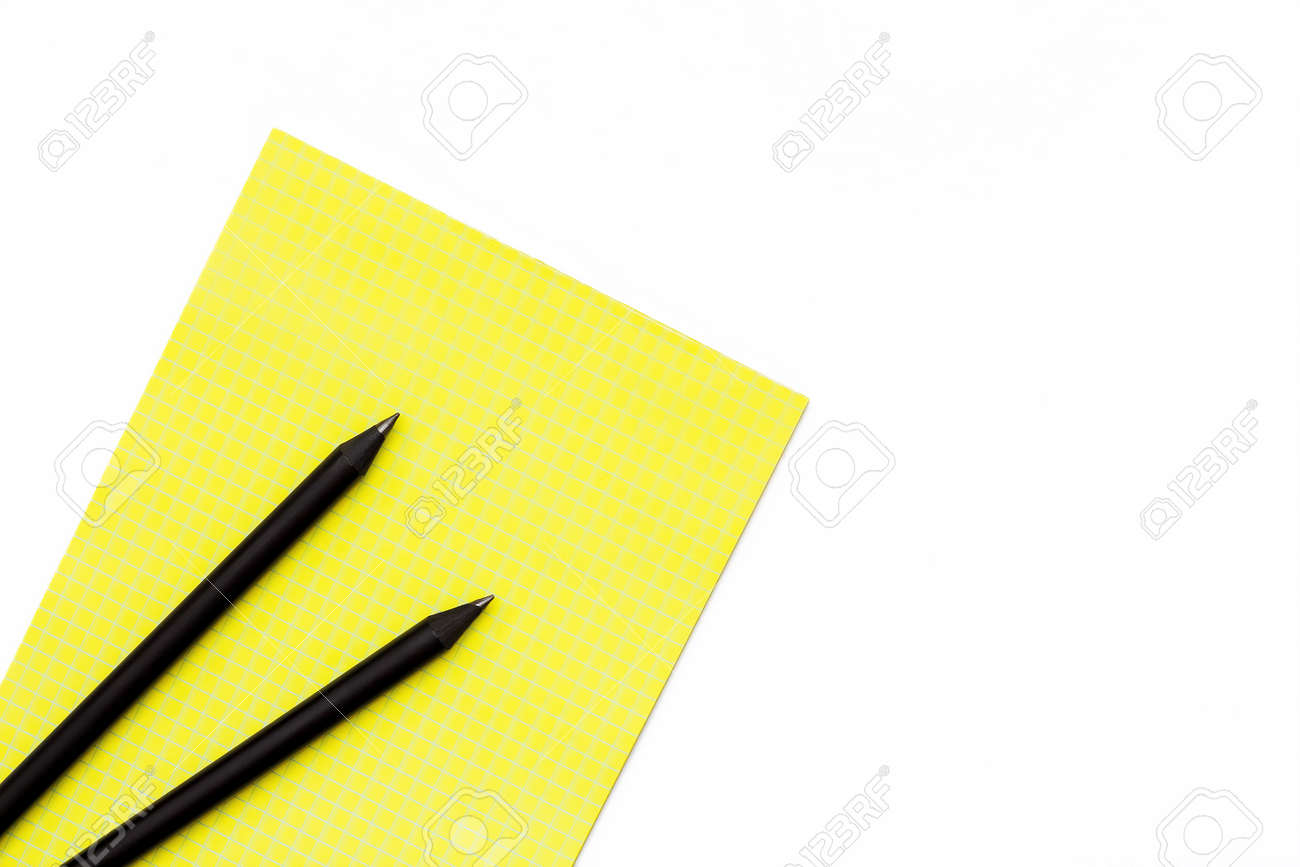 Dos Lápiz Negro Y Un Bloc De Notas Amarillo Sobre Un Fondo Blanco ...