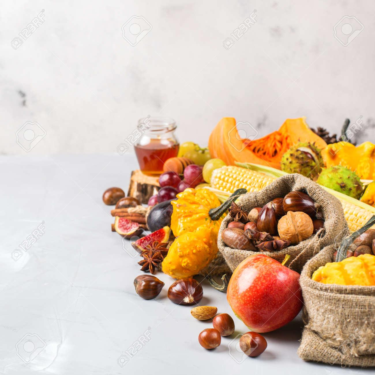 Herbst Herbst Ernte Konzept Kurbis Apfelkastanie Mais Nusse Trauben