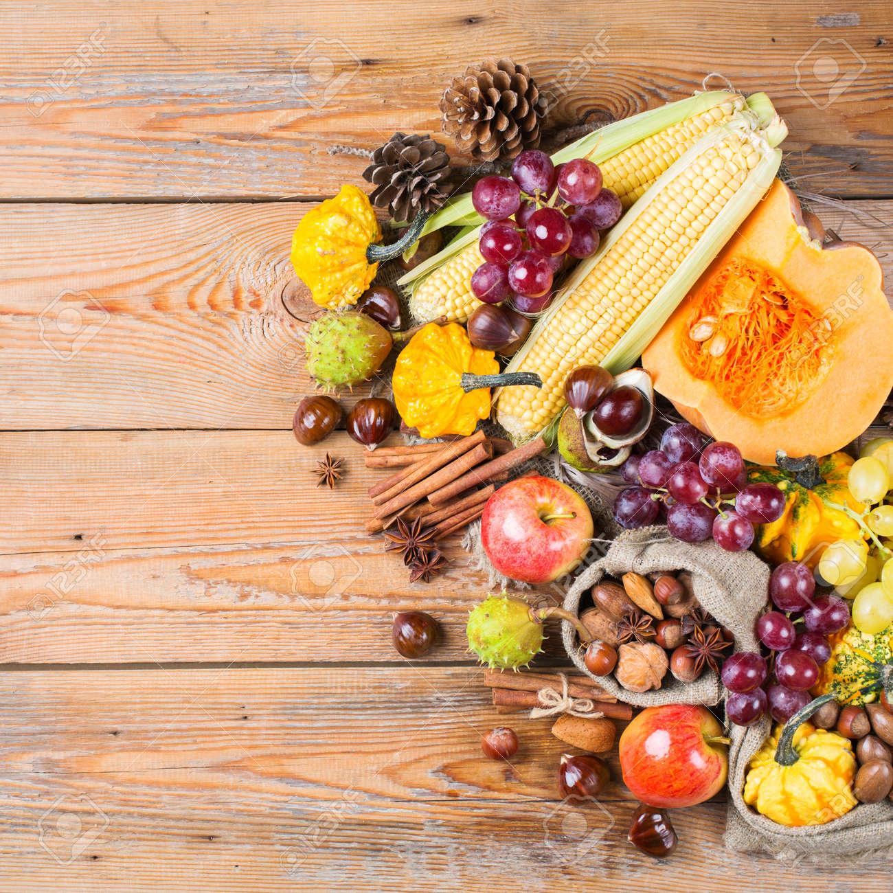 Herbst Herbst Ernte Konzept Kurbisapfelkastanienkornnusstrauben