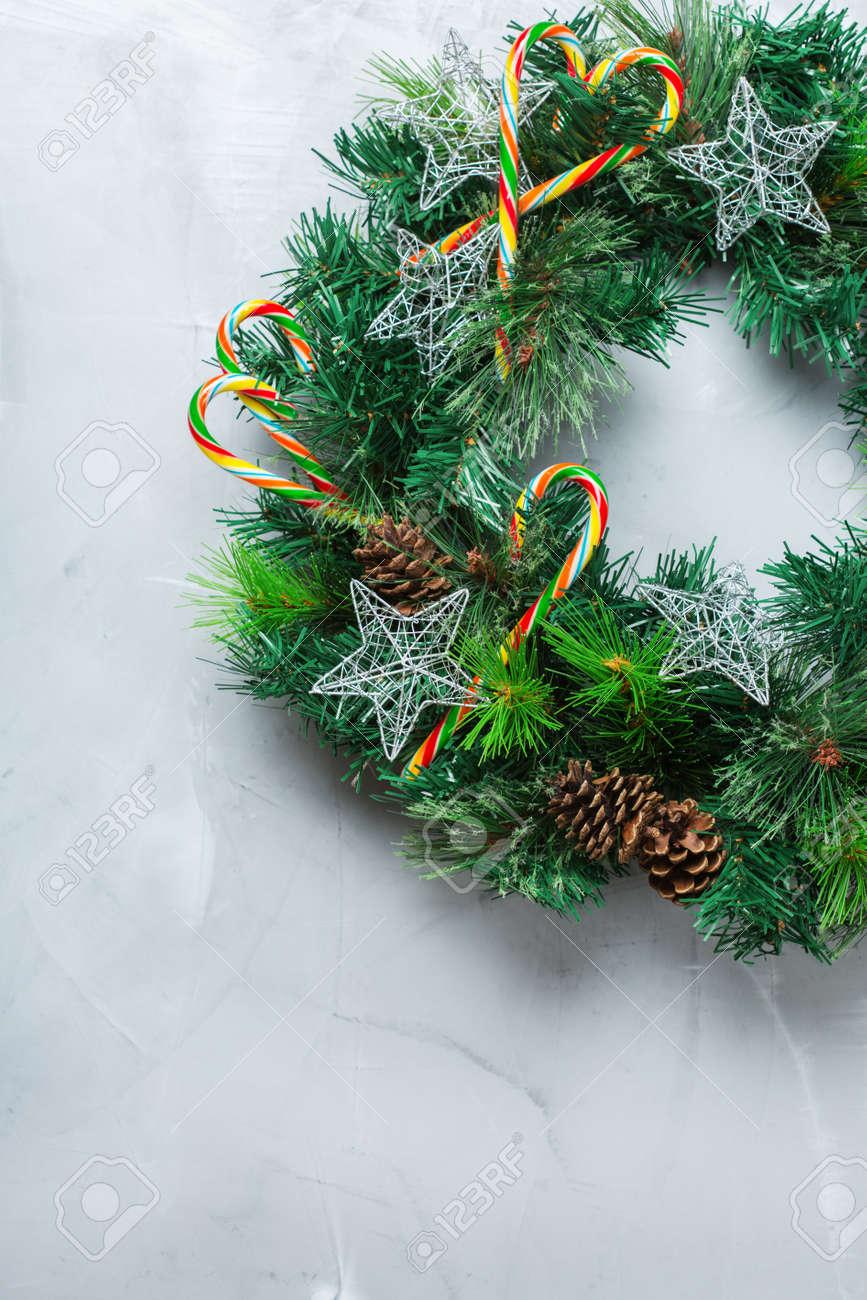 Couronne De Porte Noel Design concept de vacances de nouvel an. couronne de porte de noël de l'avent avec  décoration festive sur un fond confortable. copier l'espace plat poser vue