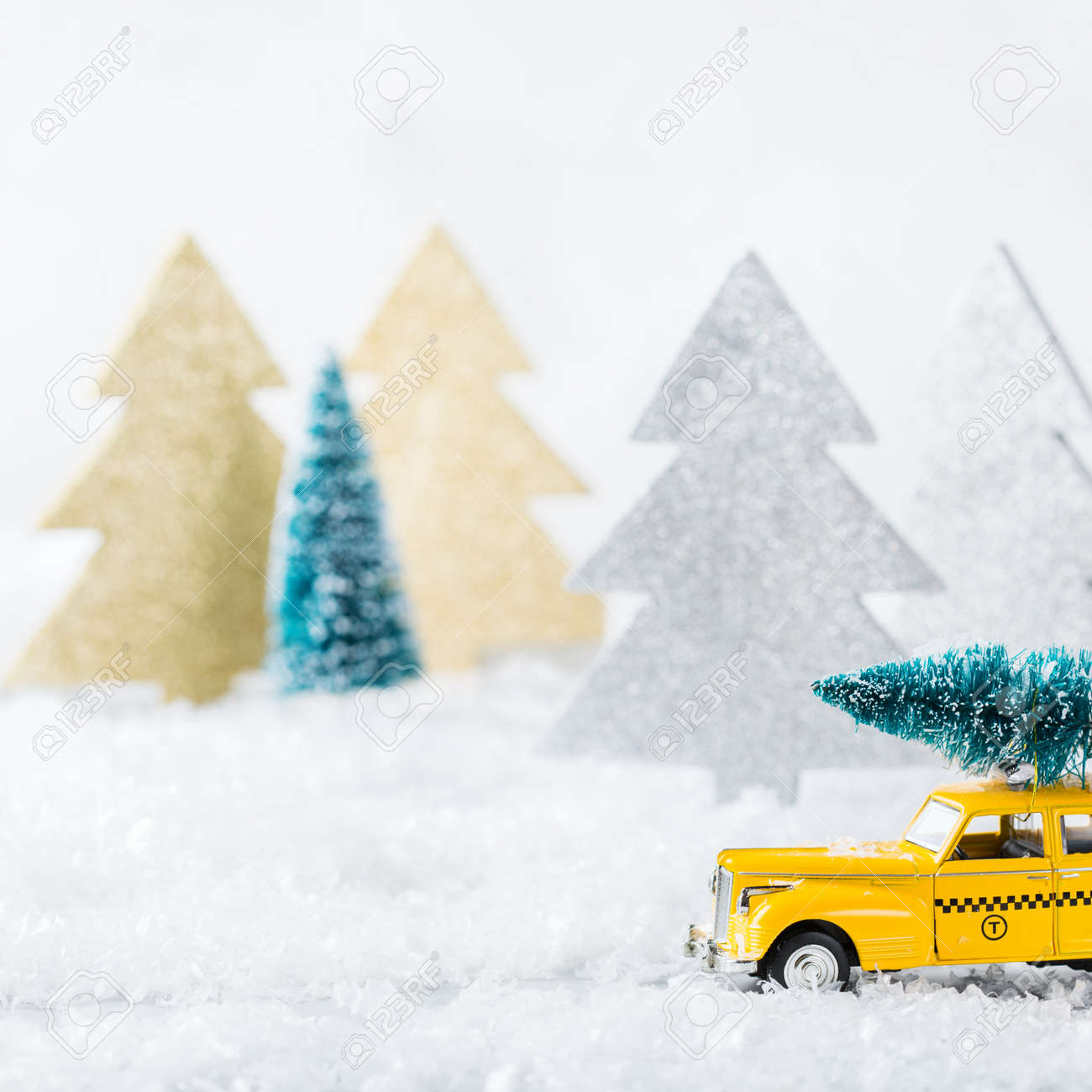 Concept Du Carte AnVoiture Un Nouvel Transportant Noël NeigeCopiez Voeux Dans Vacances Jouet Une De L'espace Arbre Jaune Taxi Forêt PuXZki