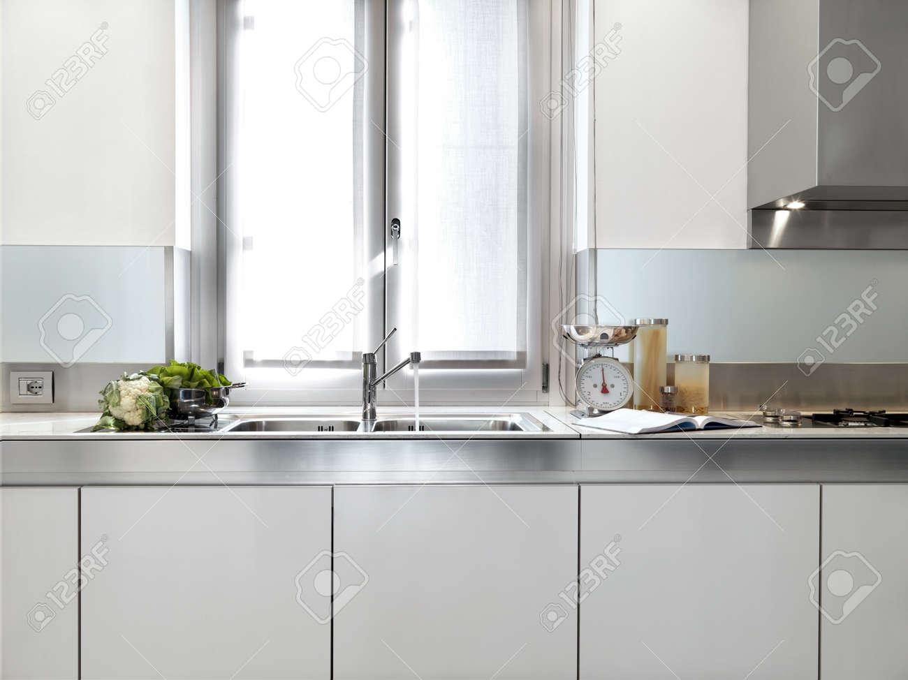 Detail van spoelbak van een moderne witte keuken royalty vrije
