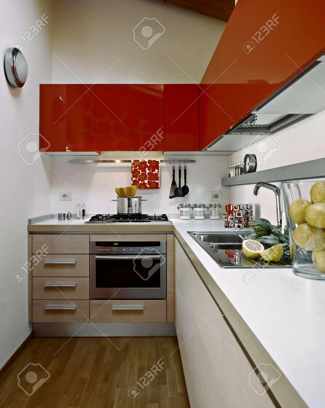 Cuisine Moderne Avec Armoires Rouges Dans Une Chambre Sous Les ...