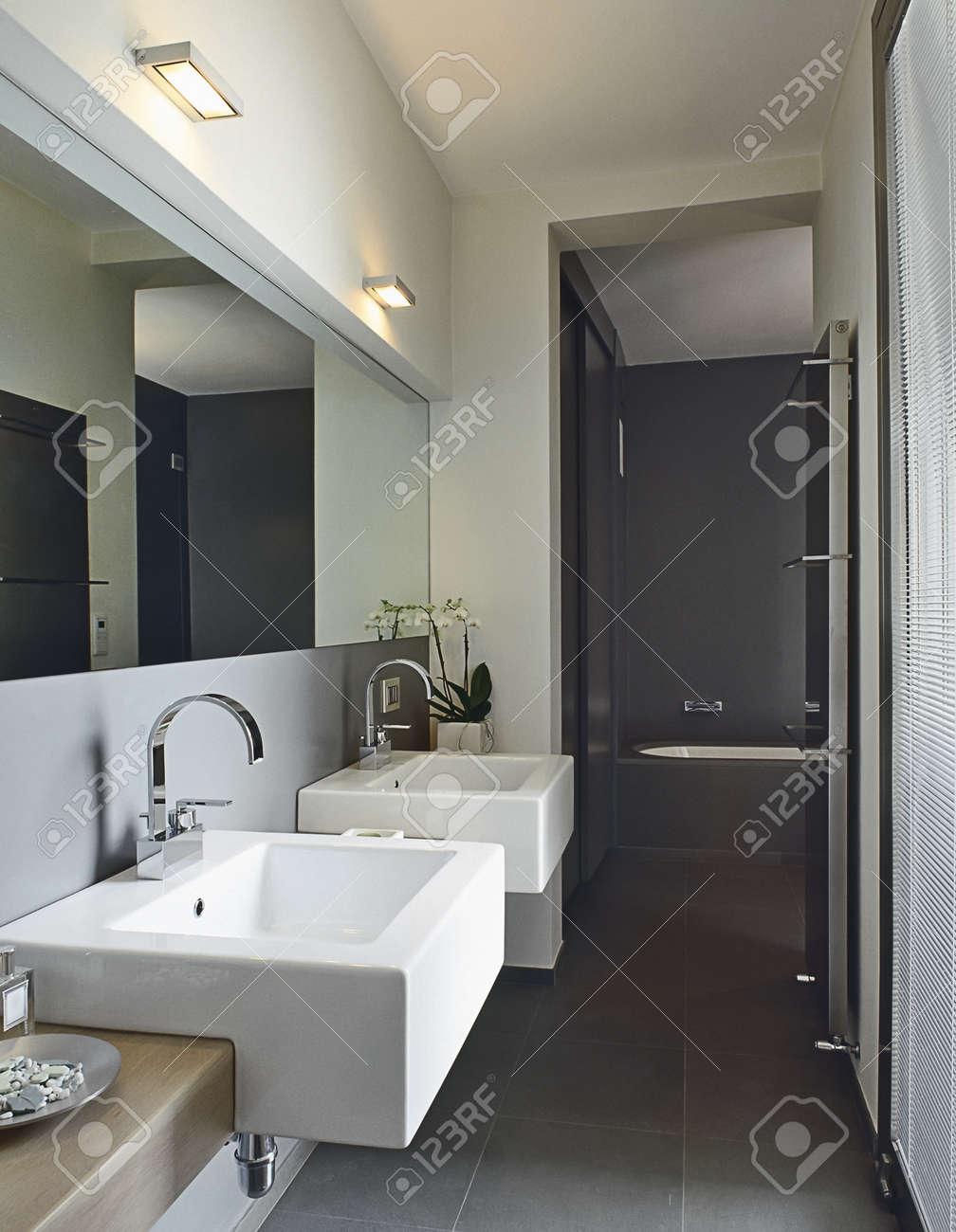 Modernt badrum med två handfat och badkar royalty fria stockfoton ...