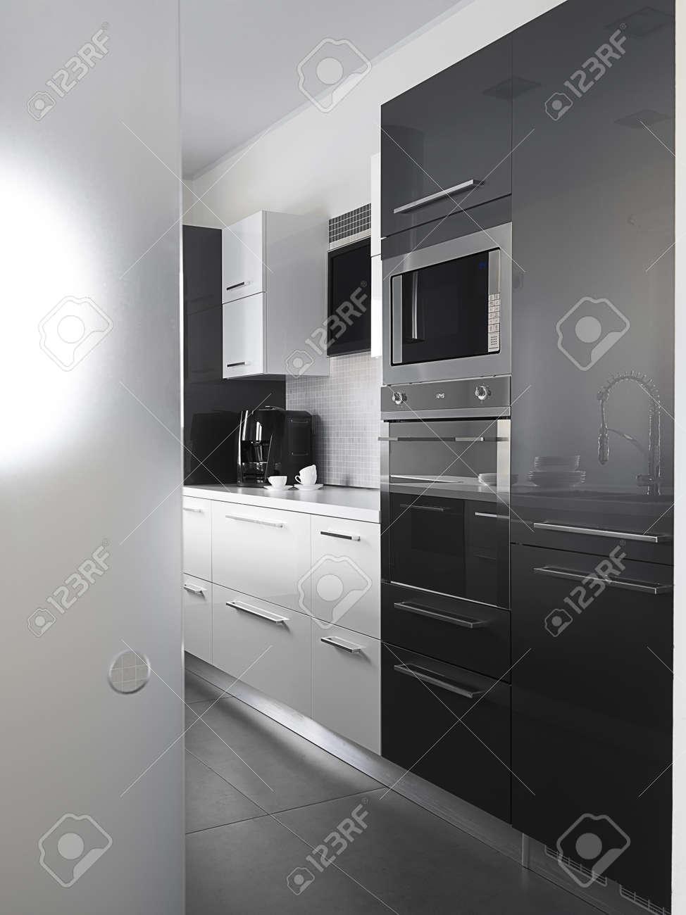 Moderne keuken met grijze tegelvloer en witte muur royalty vrije ...