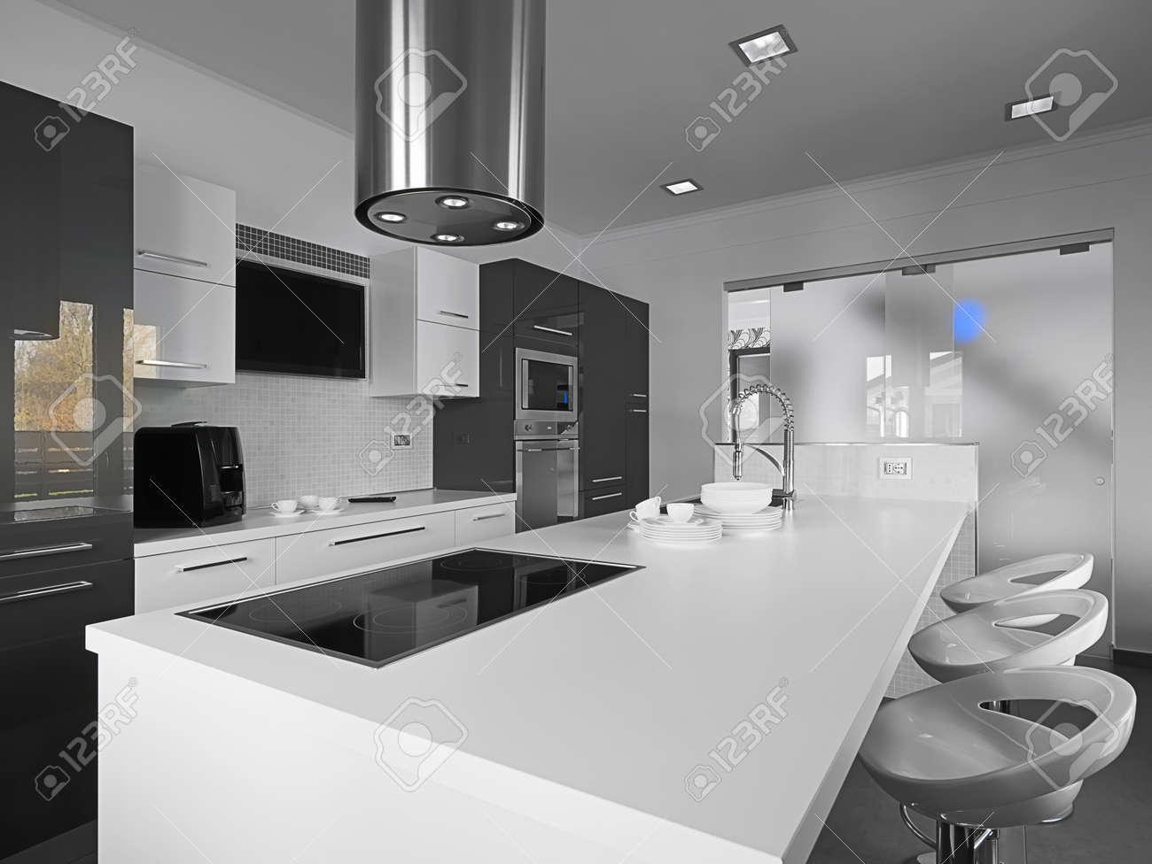 Cuisine Moderne Avec Carrelage Gris Et Mur Blanc Banque D\'Images ...