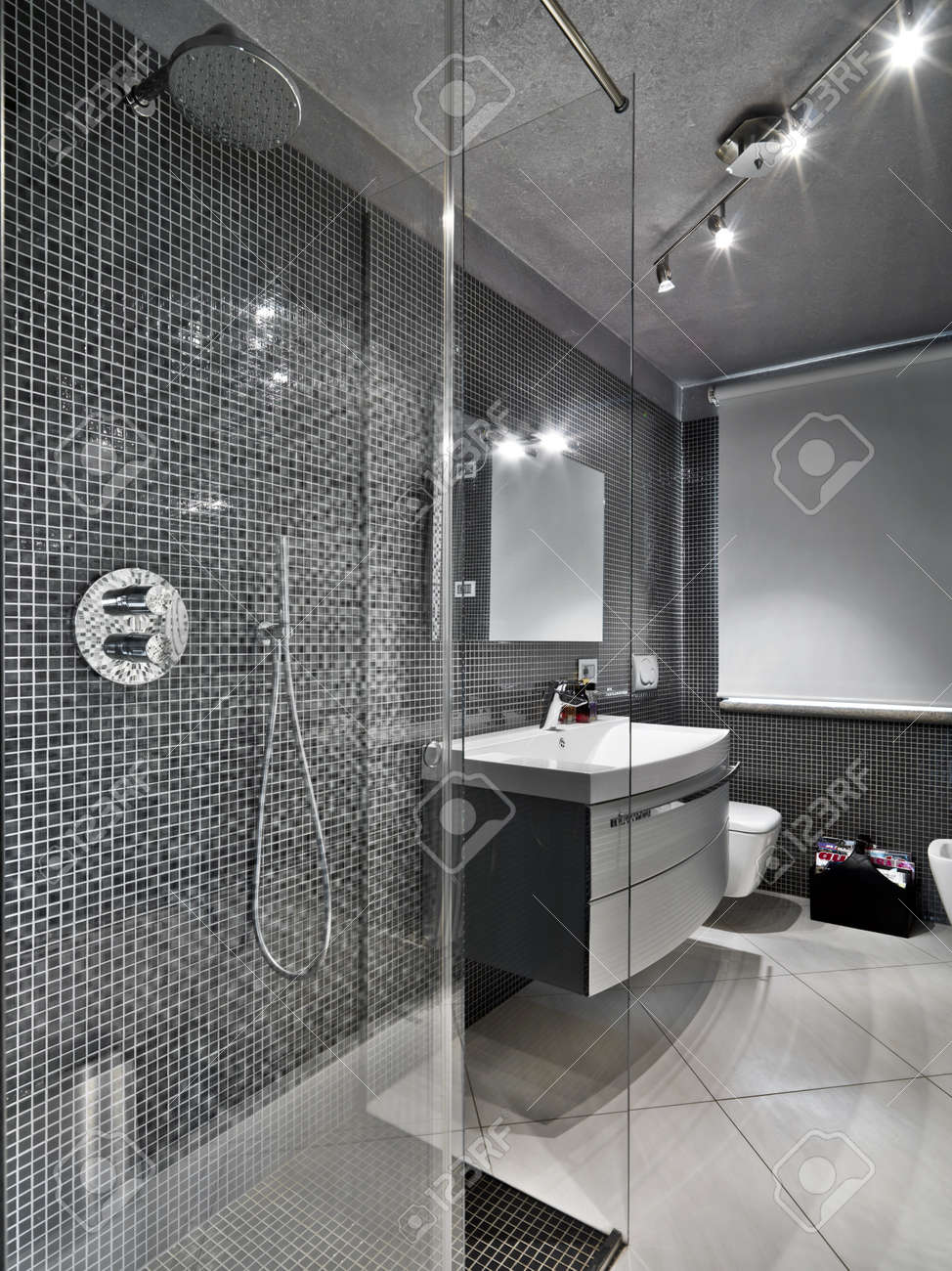 moderno bagno con doccia in vetro cubicule foto royalty free ... - Immagini Bagni Moderni Con Doccia