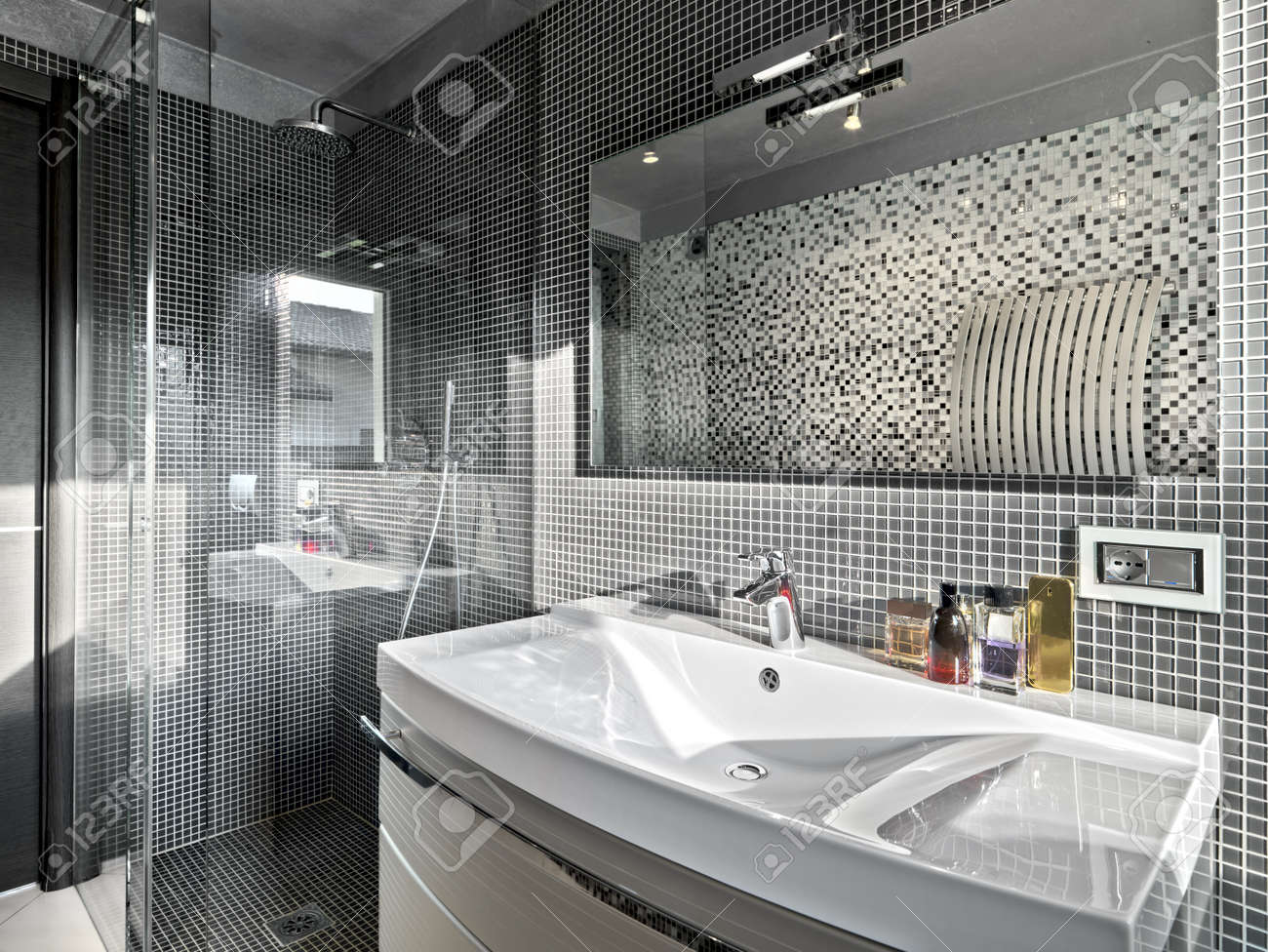 Banque Du0027images   Détail De Lavabo Dans Une Salle De Bain Moderne Avec  Cabine De Douche En Verre