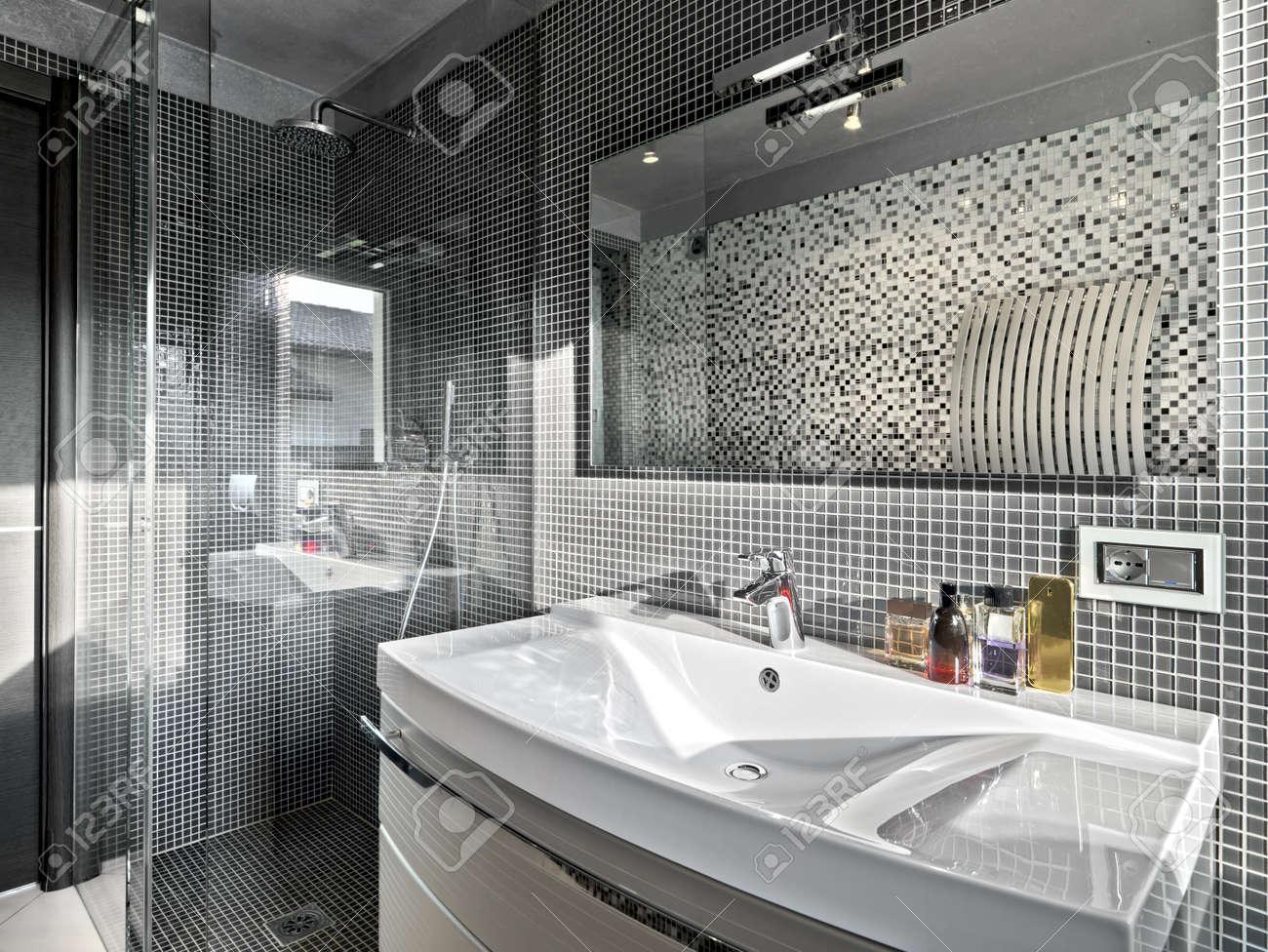 dettaglio di lavandino in un bagno moderno con box doccia in vetro ... - Bagni Moderni Con Box Doccia