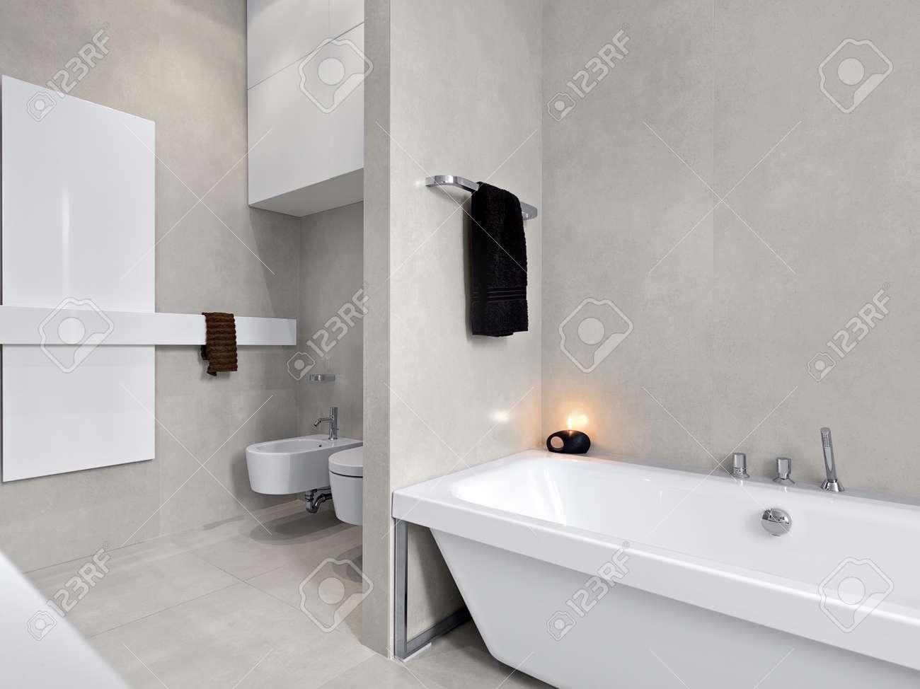 Moderna badkar i ett modernt badrum med utsikt på sanitetsporslin ...