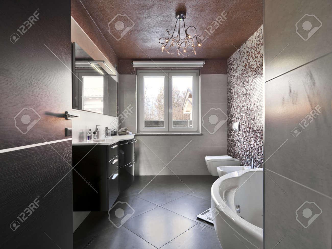 archivio fotografico bagno moderno con vasca e lavabo