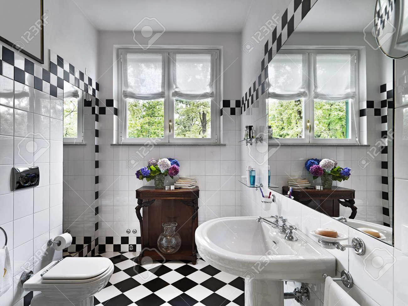 Salle de bains moderne en noir et blanc banque d'images et photos ...