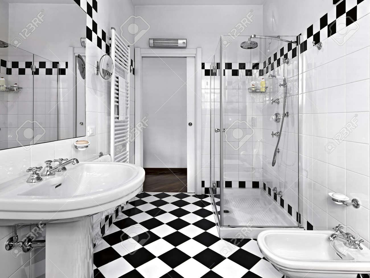 Moderno Cuarto De Baño En Blanco Y Negro Fotos, Retratos, Imágenes Y ...