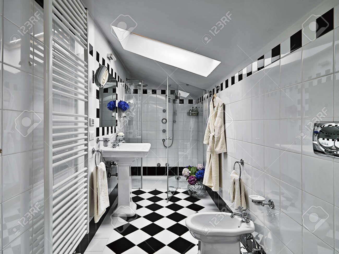 Salle de bains moderne en noir et blanc sur mansarde banque d ...