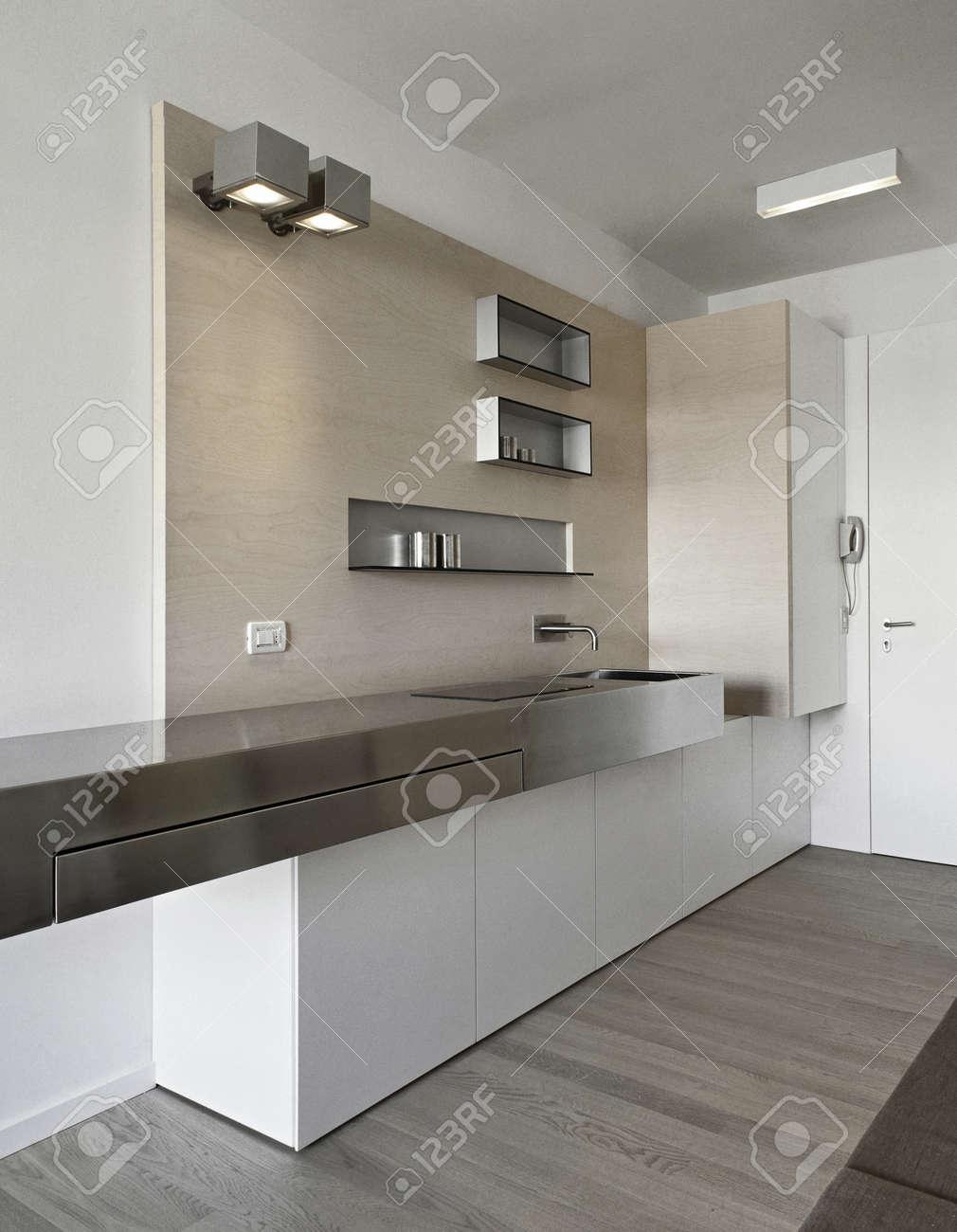 Moderne keuken in entree met houten vloer royalty vrije foto ...