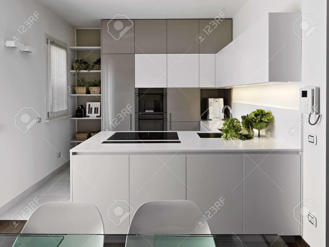 Moderne weiße küche  Moderne Küche Mit Gemüse Auf Dem Weißen Arbeitsplatte Lizenzfreie ...