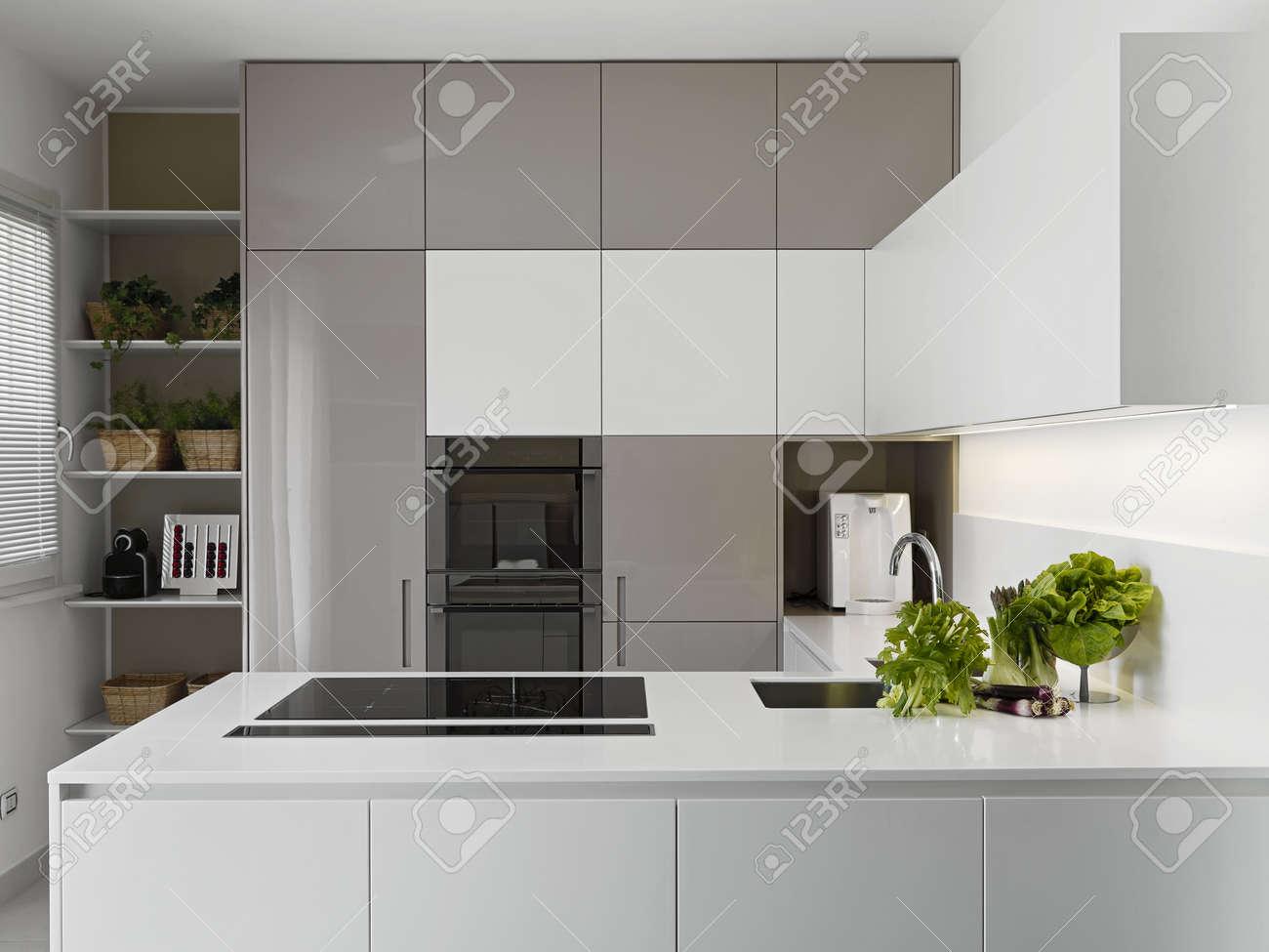 Cucina Moderna Con Vgetables Sul Piano Di Lavoro Bianco Foto ...