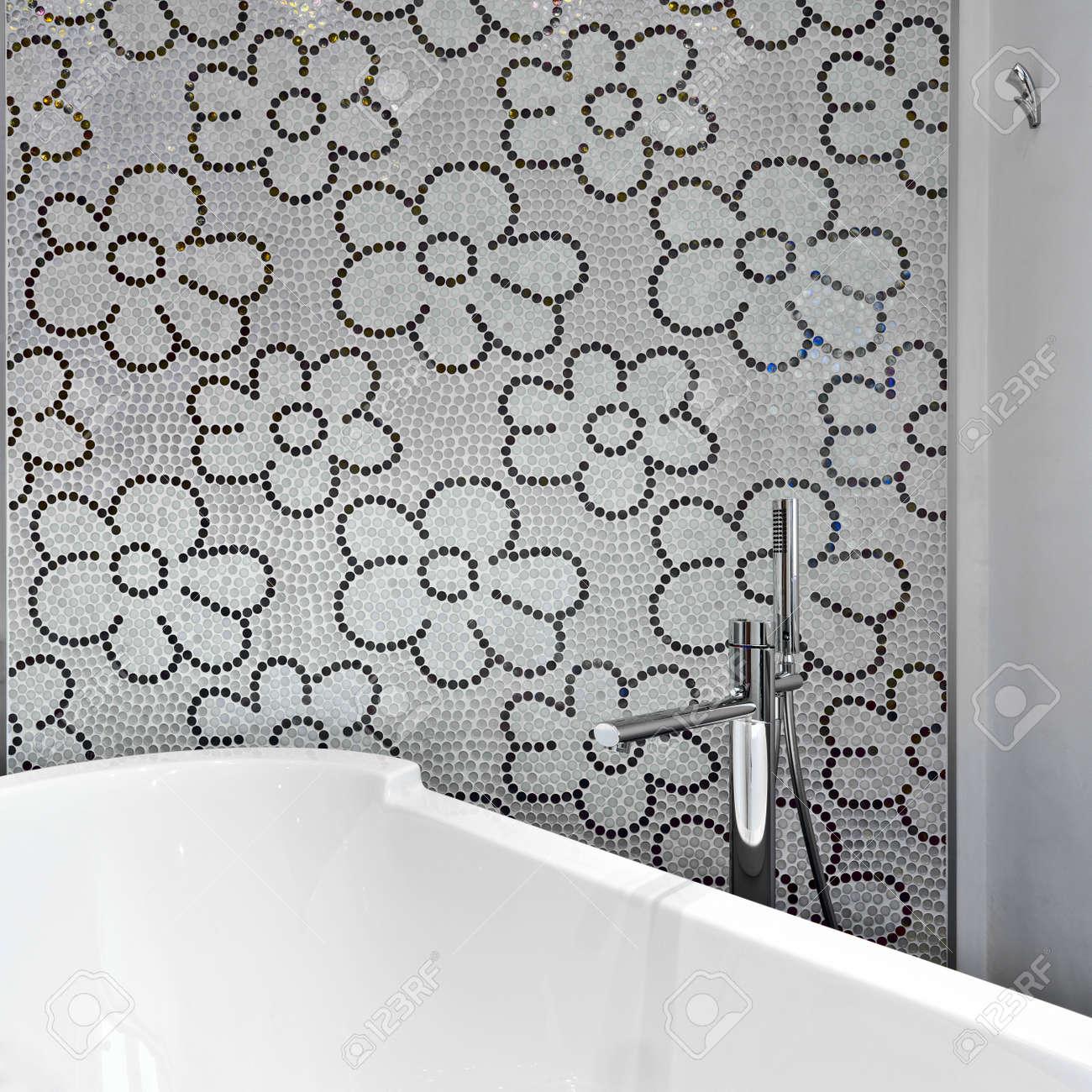 dettaglio della vasca da bagno in un bagno moderno con piastrelle ... - Piastrelle Mosaico Bagno Moderno