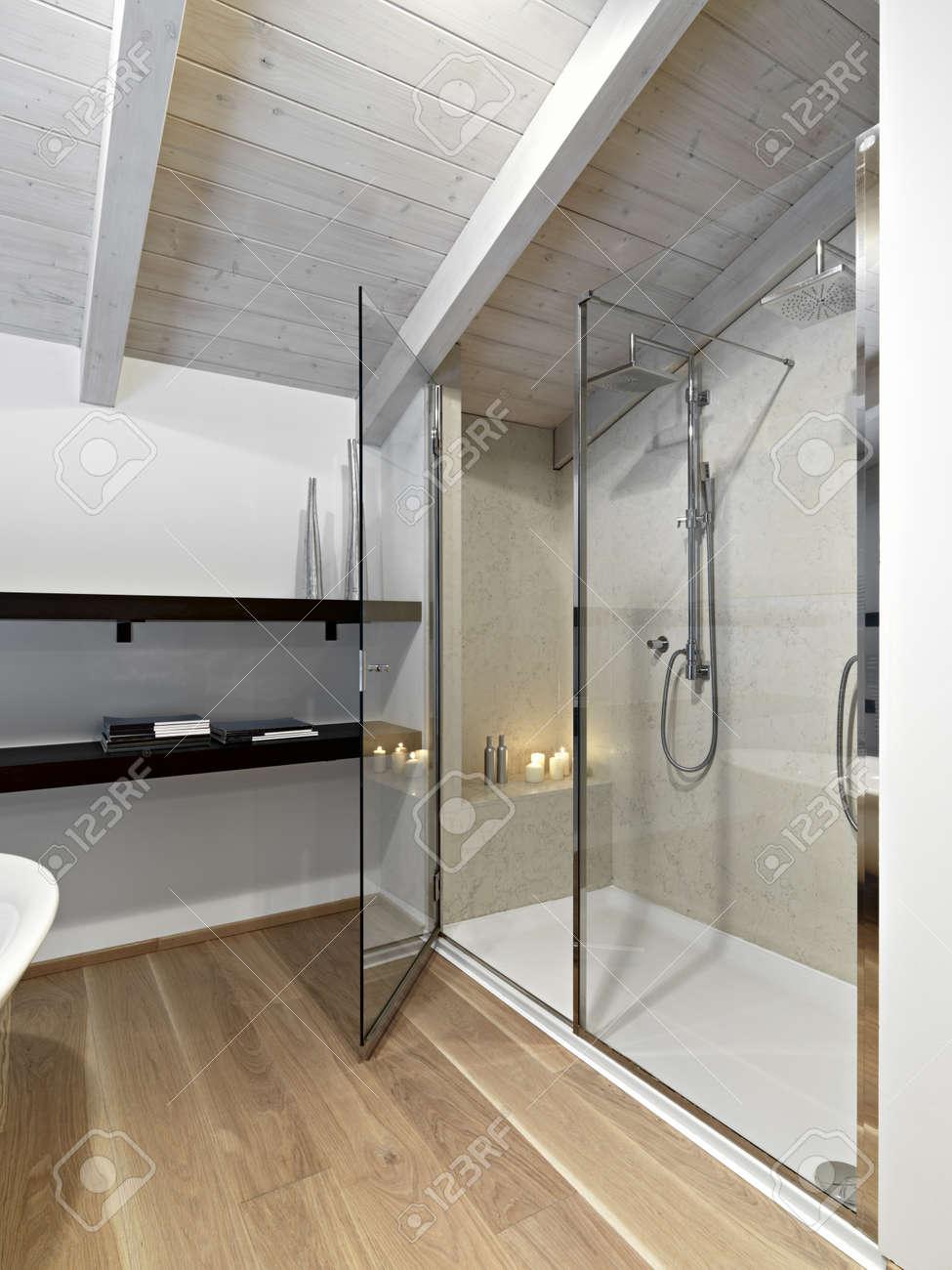 Duschkabin I Ett Modernt Badrum På Vinden Med Trä Tak Nd Parkett ...