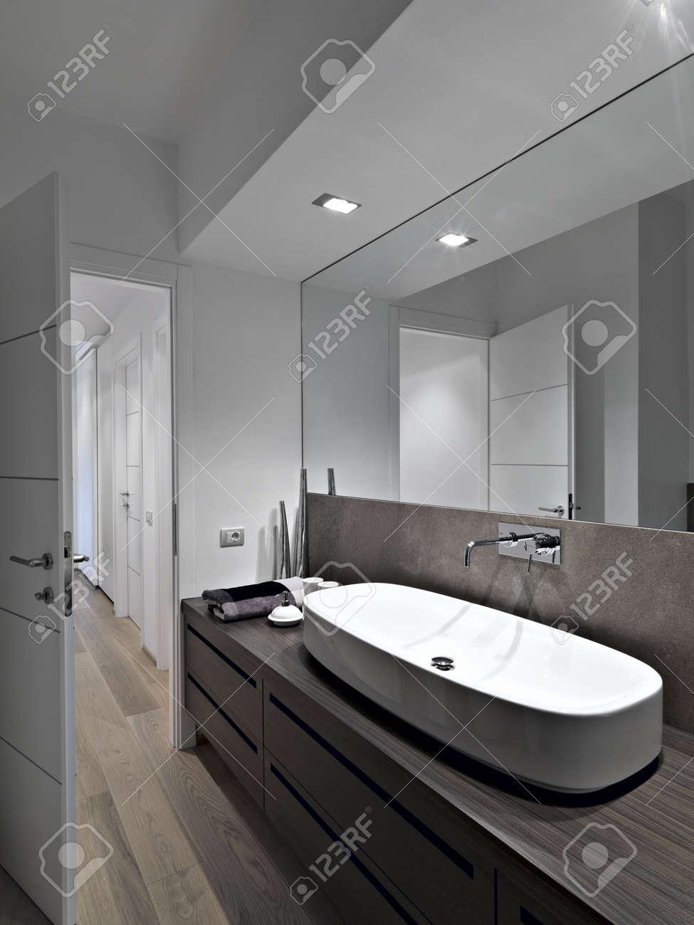 Lavabo en un cuarto de baño moderno