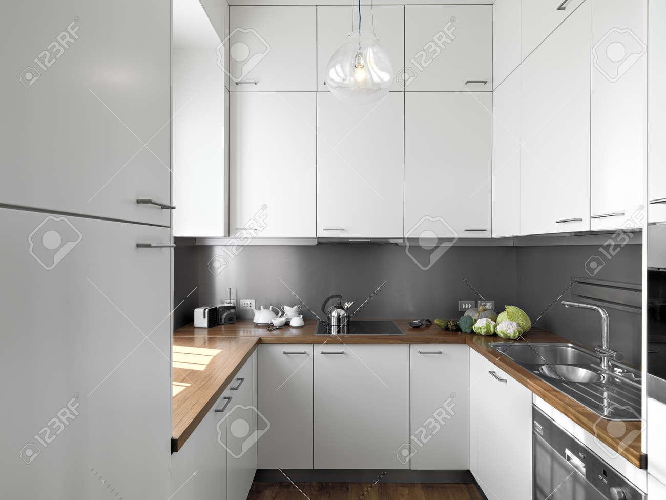 Détail petite cuisine moderne blanc de plancher de bois et plan de ...