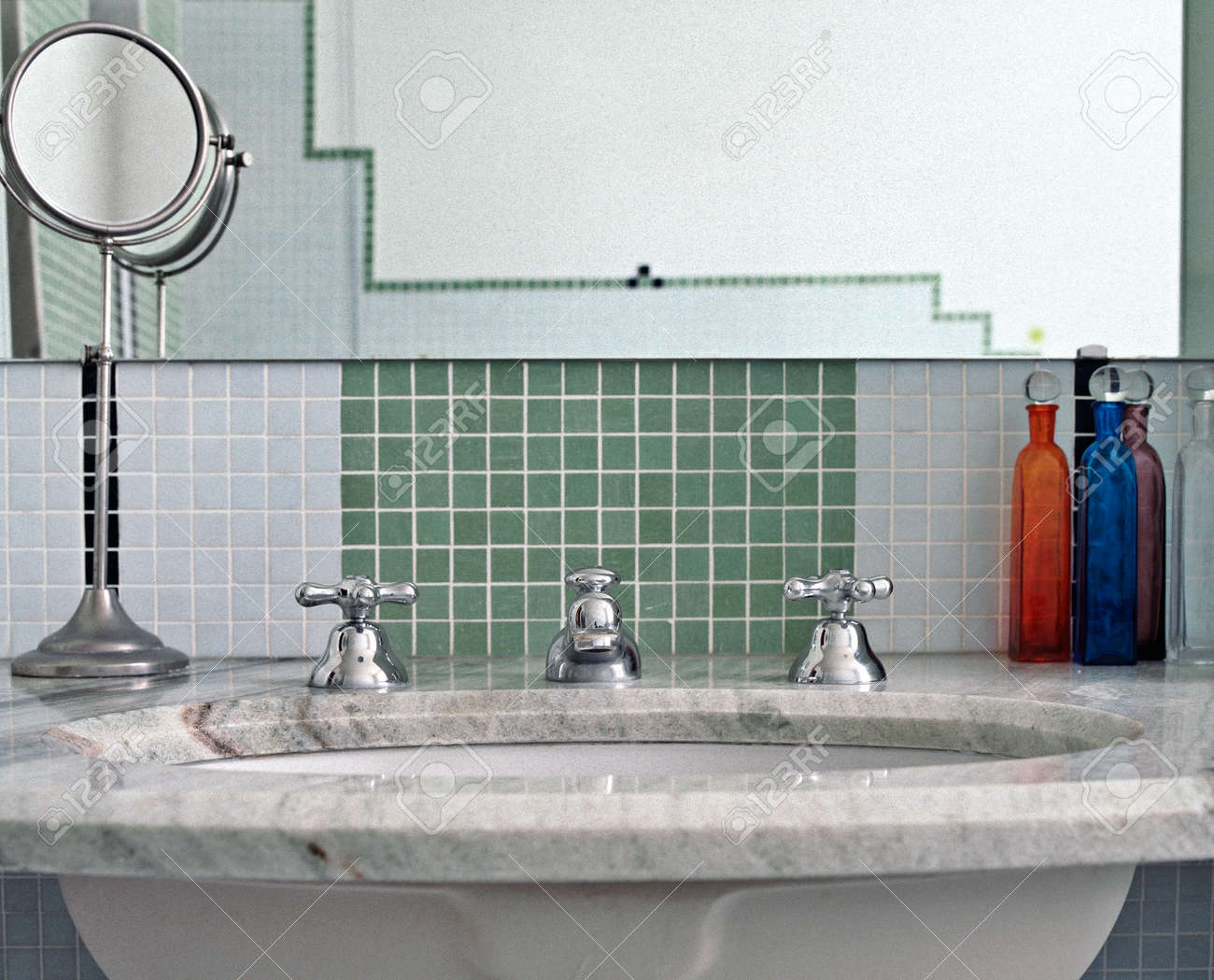 Detalle del lavabo en un cuarto de baño moderno con azulejos de mosaico