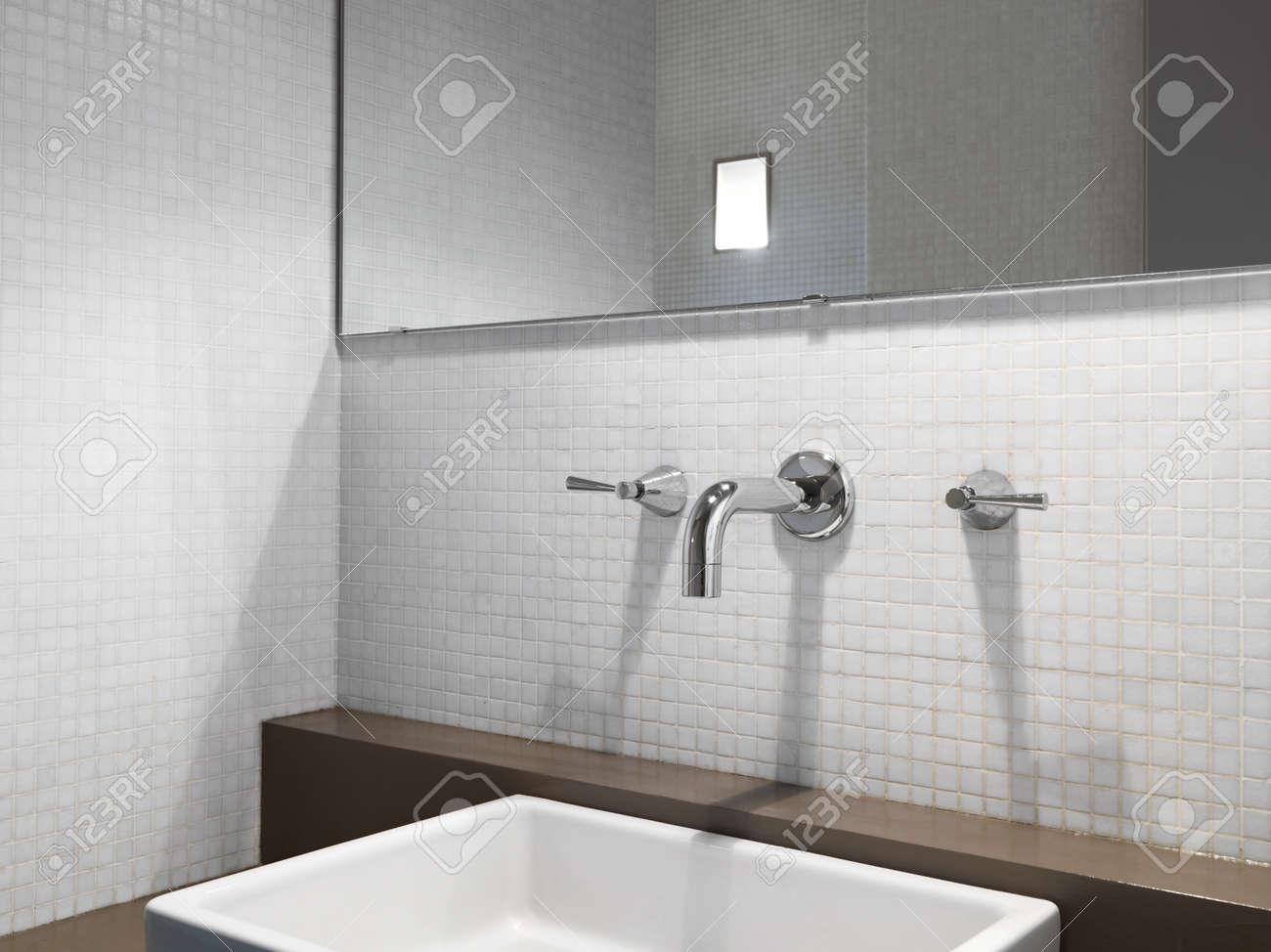 Dettaglio del rubinetto dell acciaio oìin il bathromm moderno con