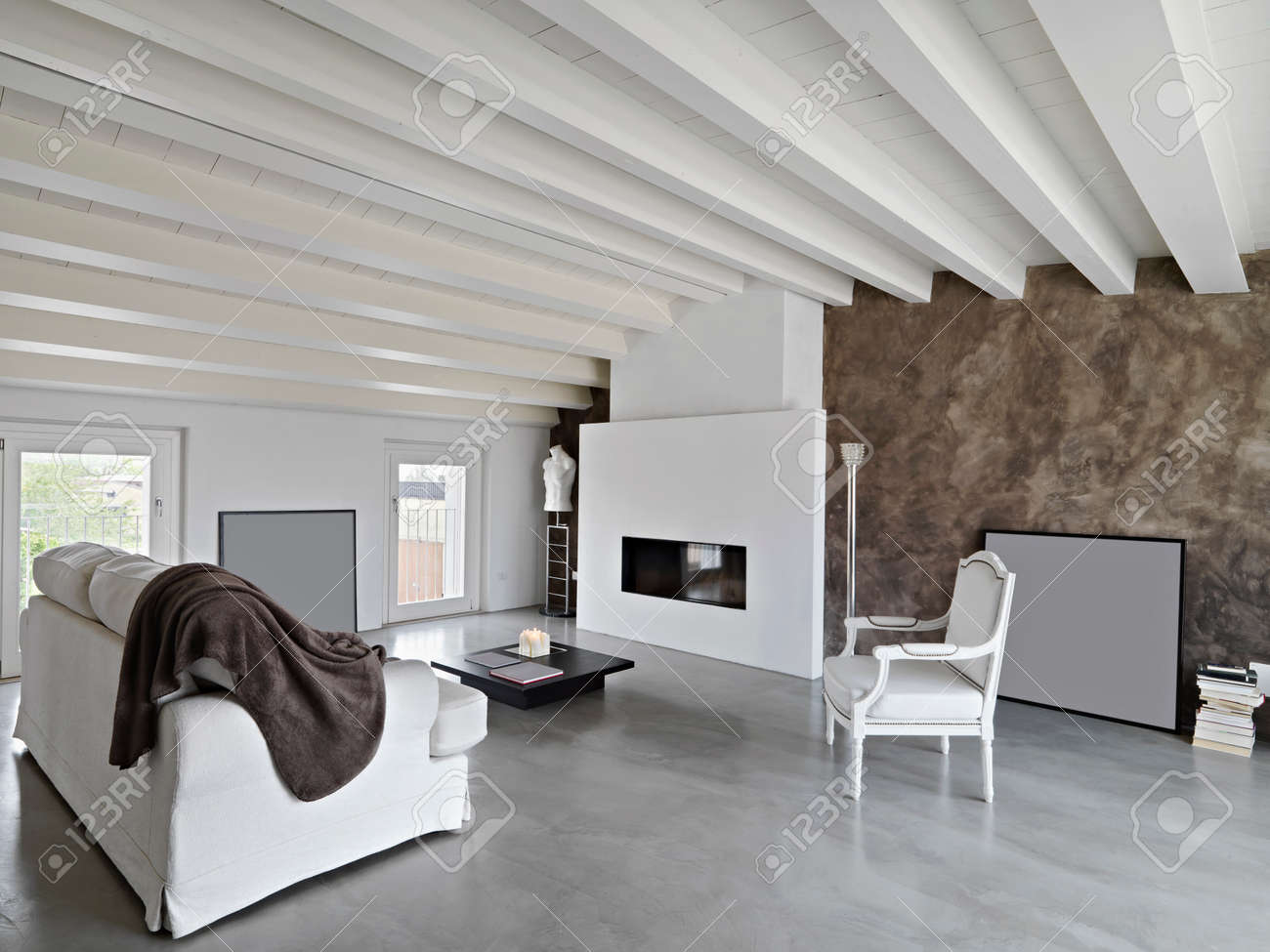 Moderne woonkamer met open haard en een slaapbank in de zolder ...