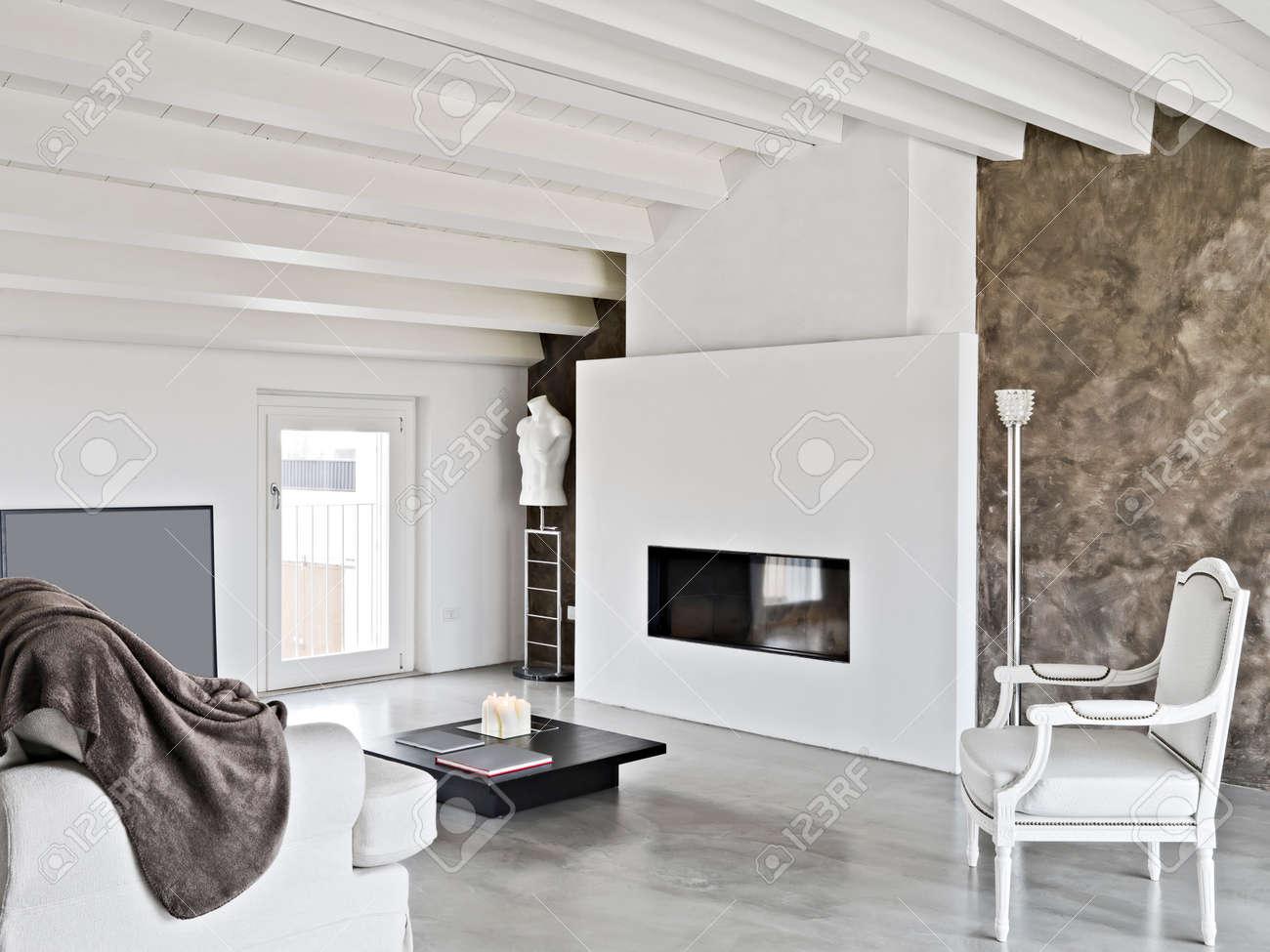 moderno salotto con camino e divano in soffitta foto royalty free ... - Salone Moderno Con Camino 2