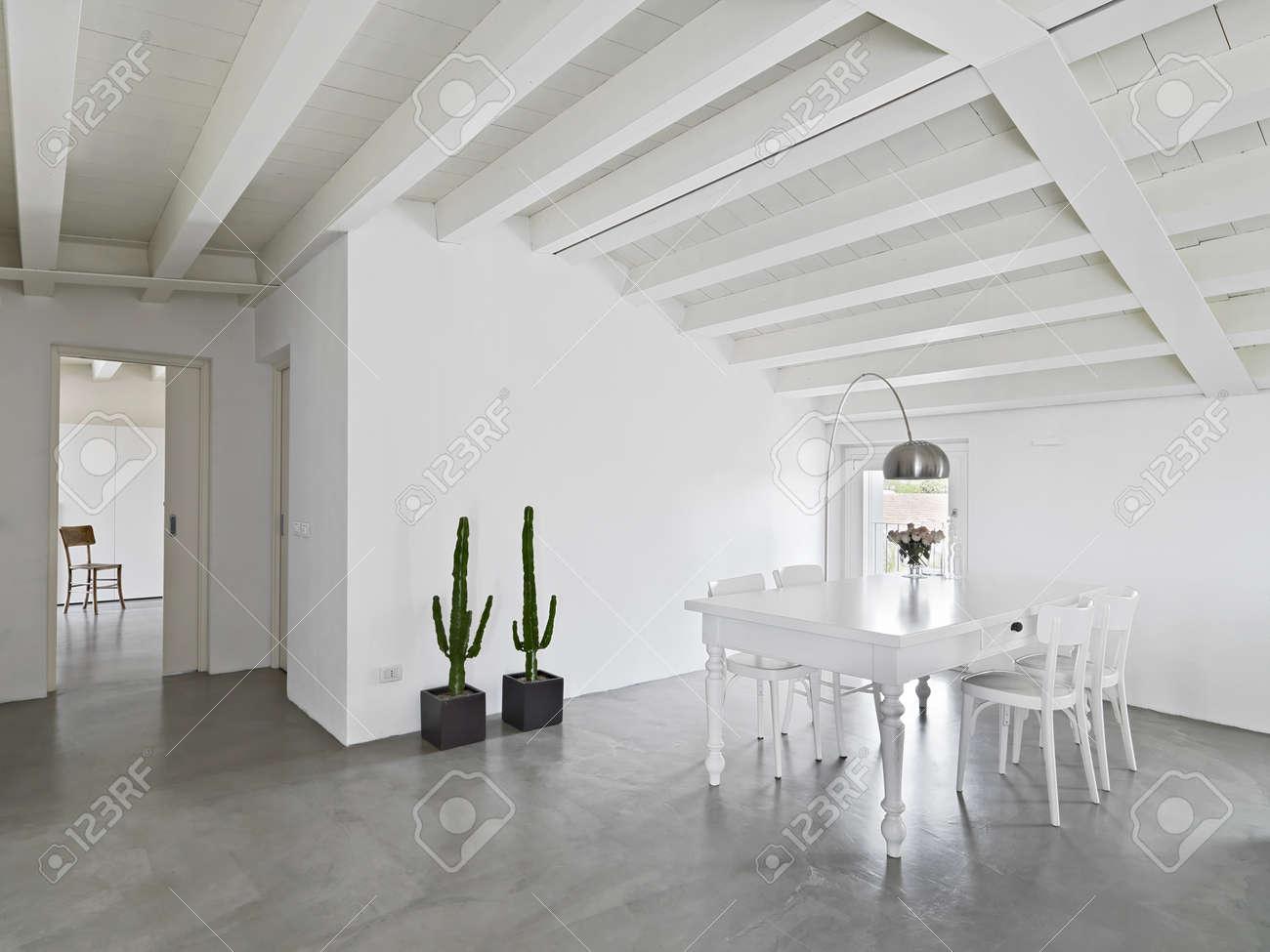 banque dimages table de salle manger ancienne dans le grenier avec sol en bton