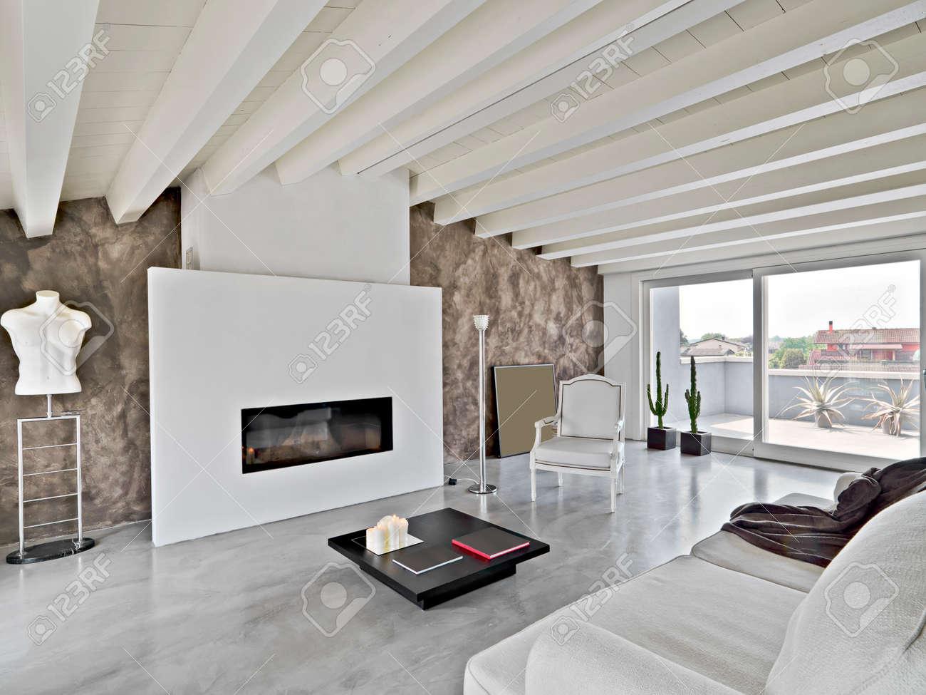 soggiorno moderno con camino foto royalty free, immagini, immagini ... - Arredamento Moderno Mansarda