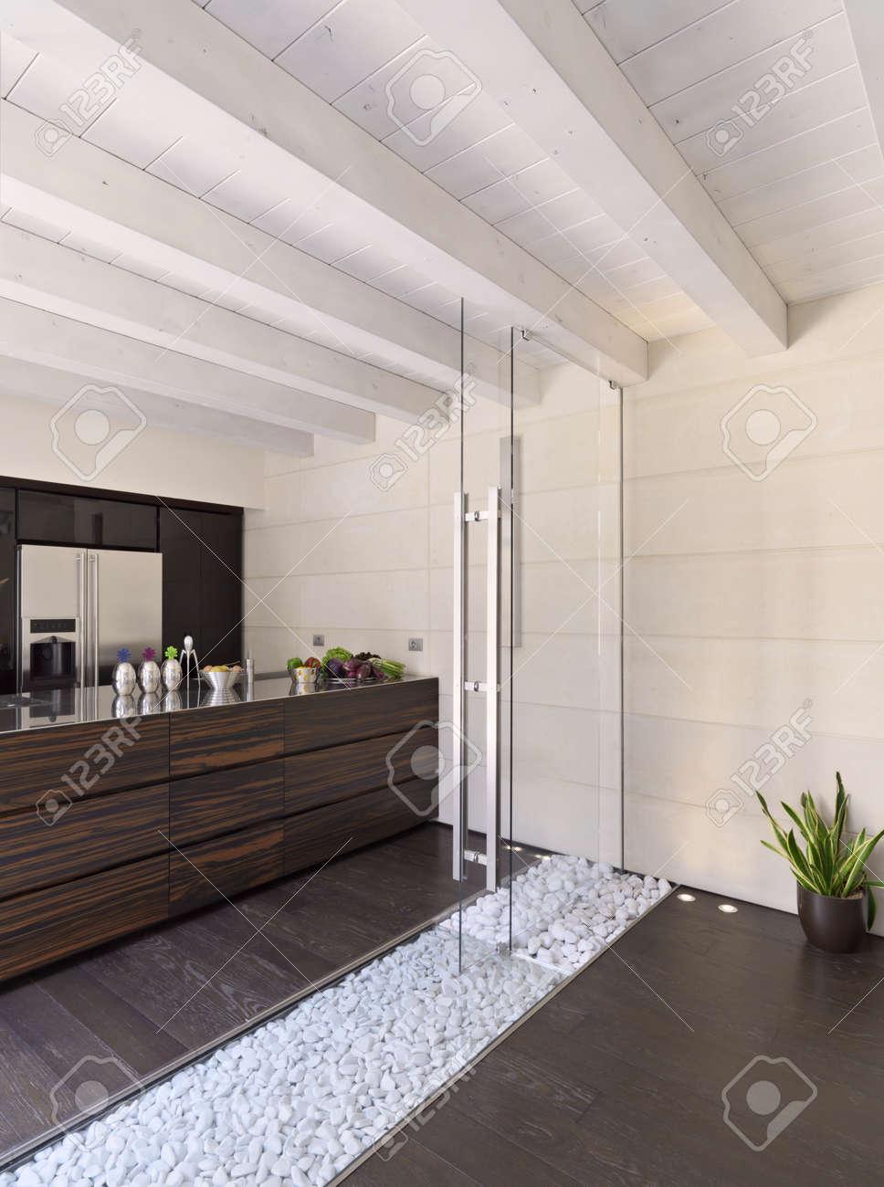 cucina moderna con pavimento in legno e soffitto e porta in vetro ... - Pavimenti Cucina Moderna