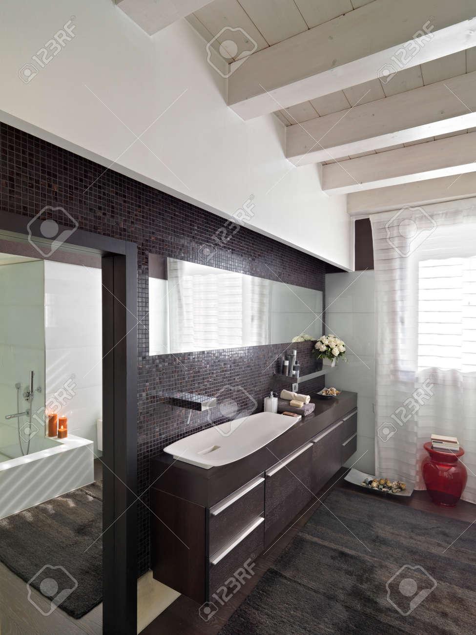 Holzmöbel Von Einem Modernen Badezimmer Mit Holzboden Und Holzdecke ...