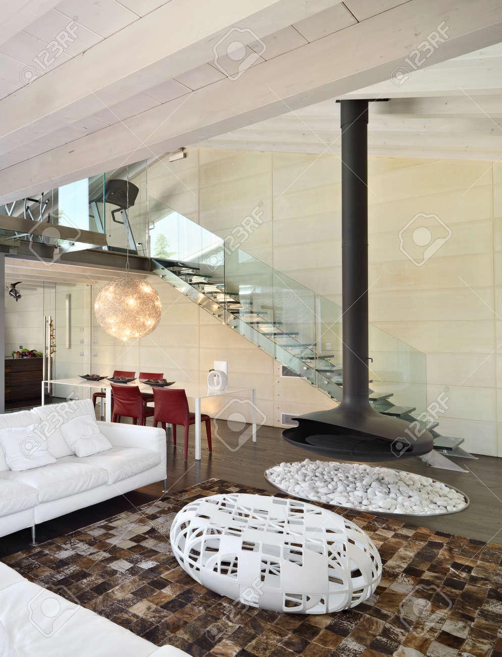Moderne Wohnzimmer Im Dachgeschoss Mit Weißem Ledersofa Und Kamin Aus  Schwarzem Eisen Standard Bild