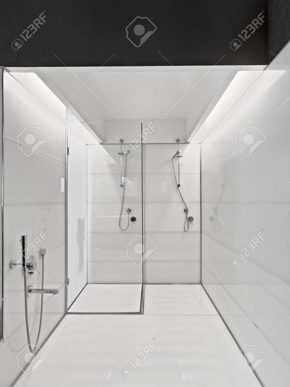 Grande Vasca Da Bagno E Vetro Box Doccia In Un Bagno Moderno Foto ...