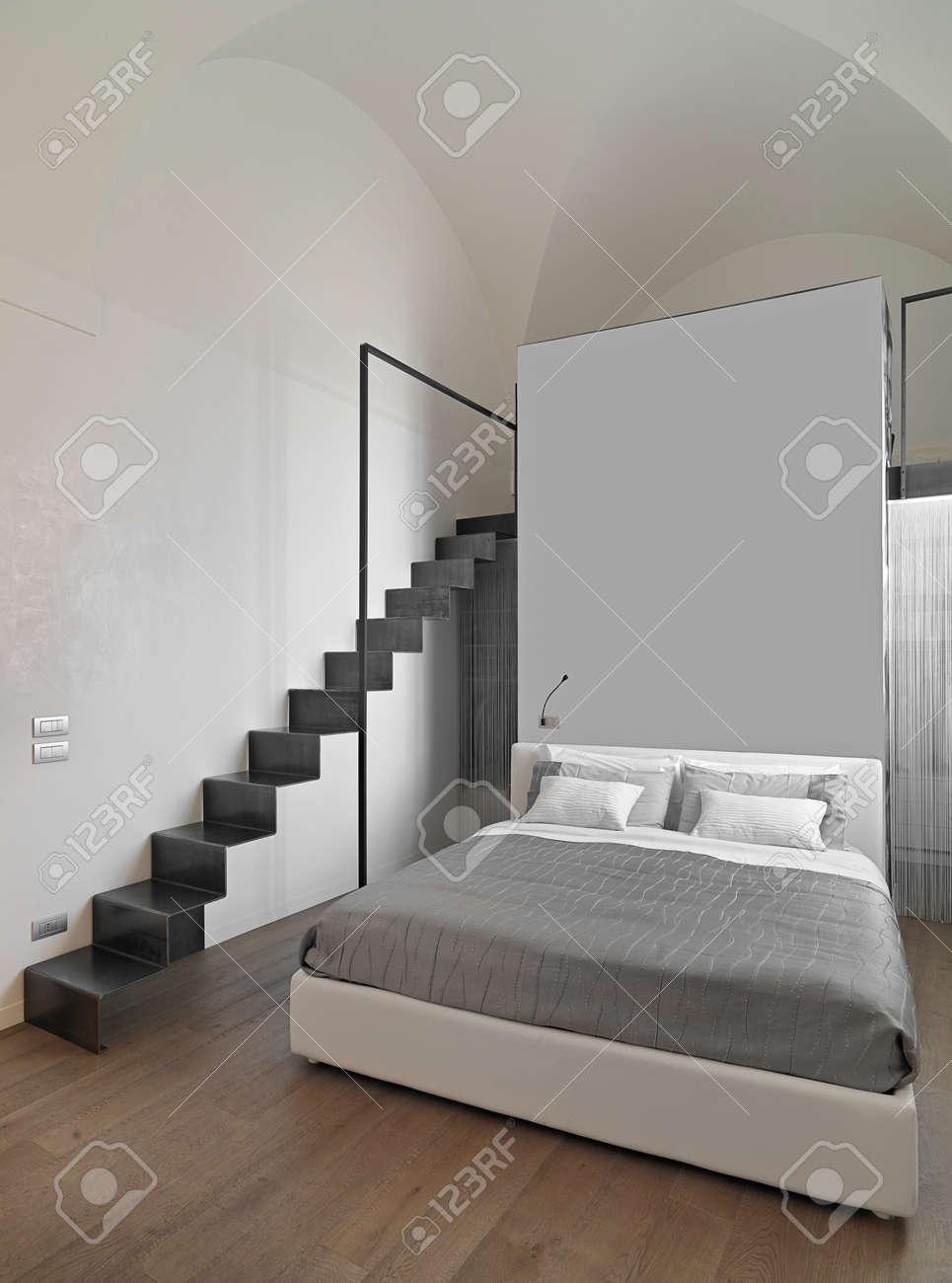 camera da letto moderna con scala in ferro, soppalco e pavimento ... - Camera Da Letto Soppalcata