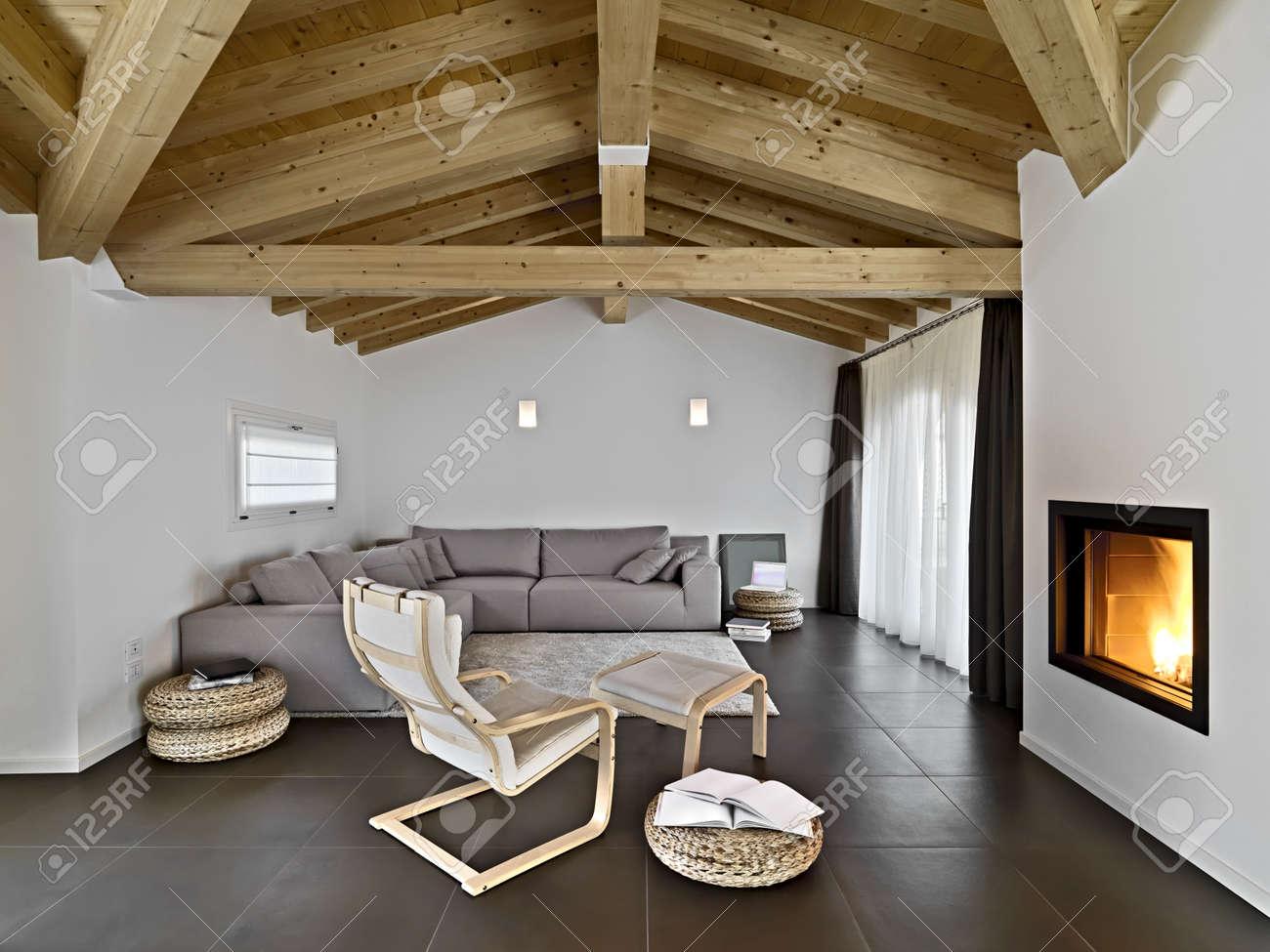 Moderne Wohnzimmer Mit Stoff Sofa Und Sessel Und Holzdecke ... Moderne Holzdecken Wohnzimmer