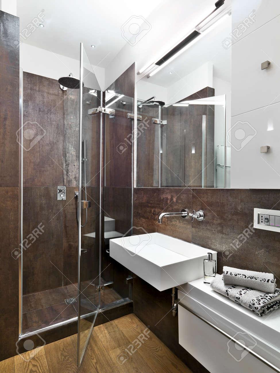 vista panoramica di bagno moderno con vetro box doccia e lavandino ... - Bagni Moderni Con Box Doccia