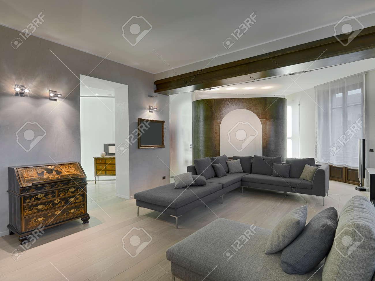Antiken Möbeln Und Grauem Stoff Sofa Im Modernen Wohnraum Mit ...