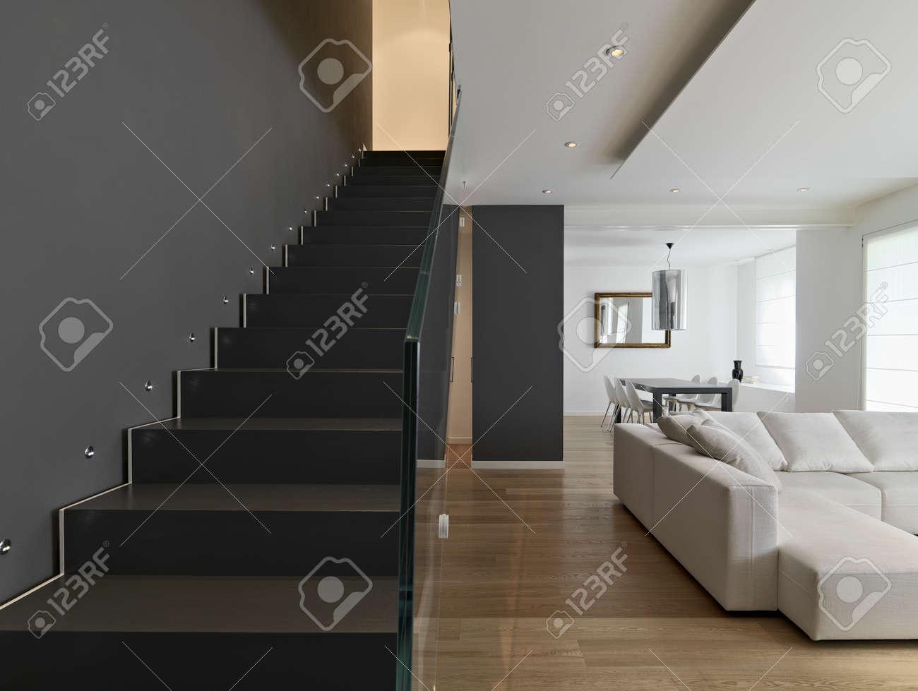 Intérieur De Salon Moderne, Escalier, Canapé En Tissu Et Plancher En ...