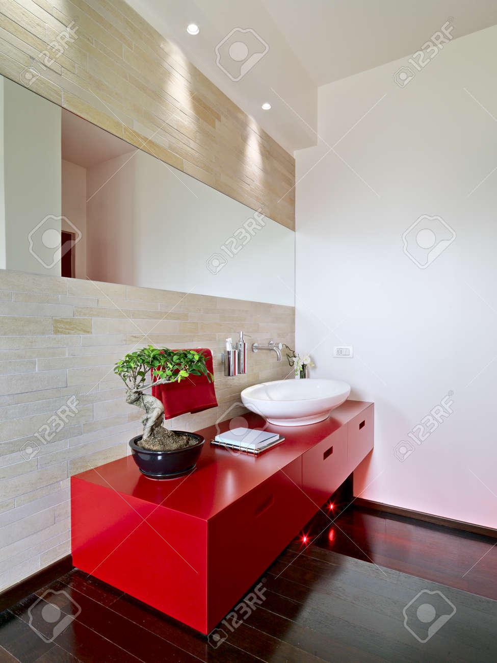 Moderne Rote Möbel Für Waschbecken Und Holzboden Im Badezimmer ...