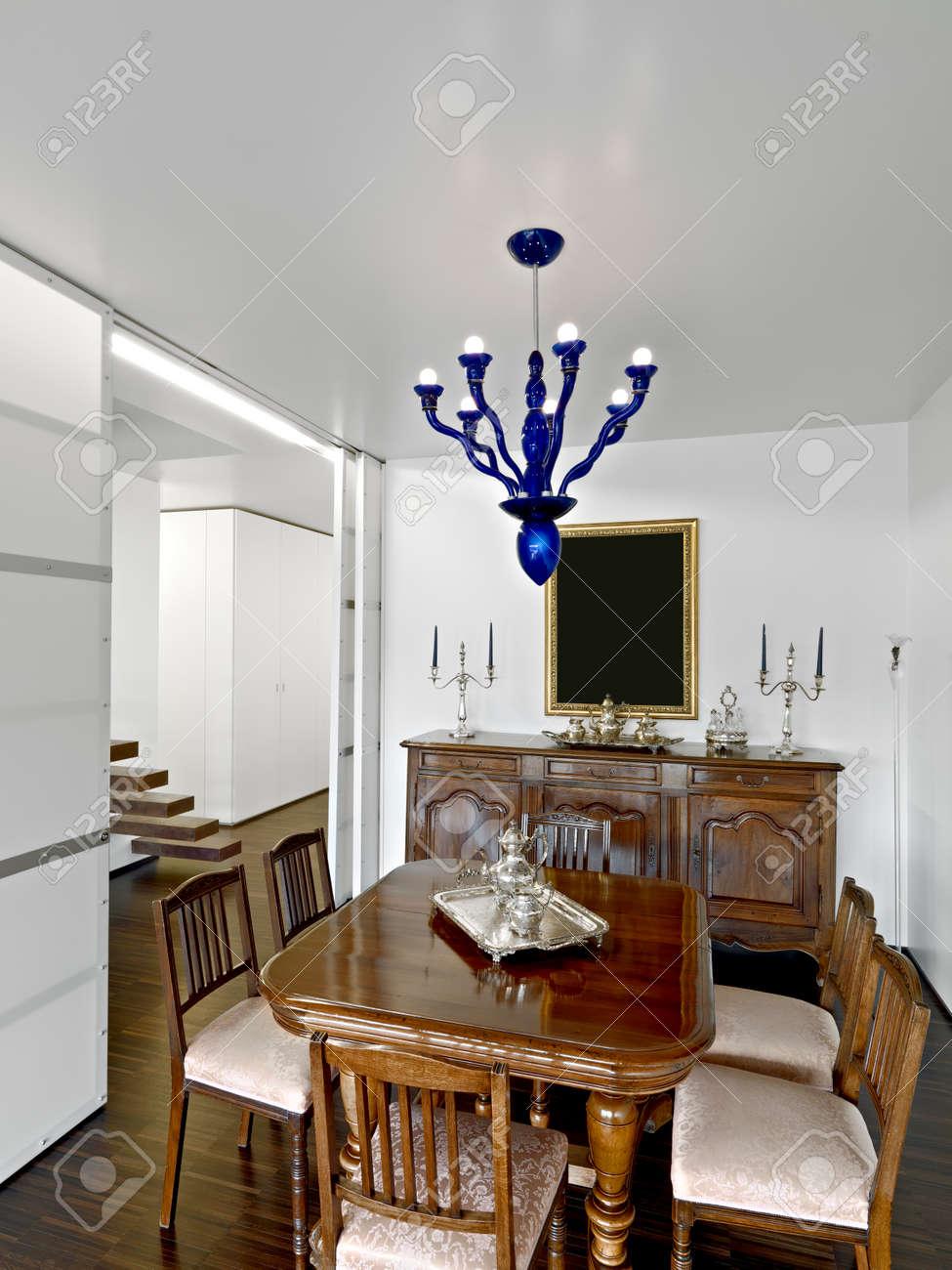 Dinin 古代のテーブルと椅子とガラスのシャンデリアと家具付きの部屋の